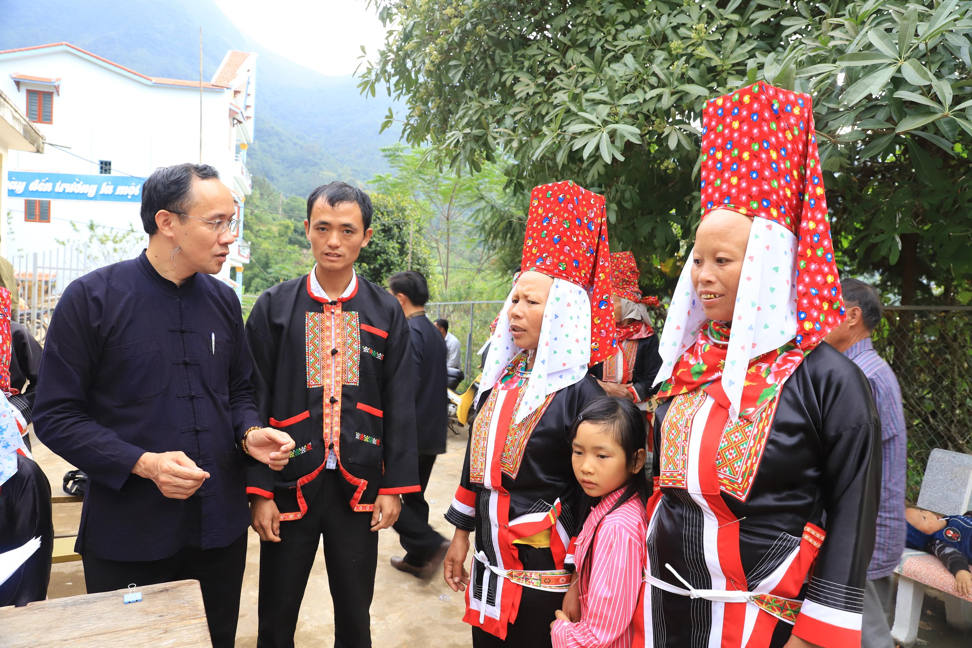 Bí thư huyện ủy Dương Mạnh Cường (thứ nhất bên trái)- Người lãnh đạo luôn lắng nghe tâm tư, nguyện vọng của Nhân dân