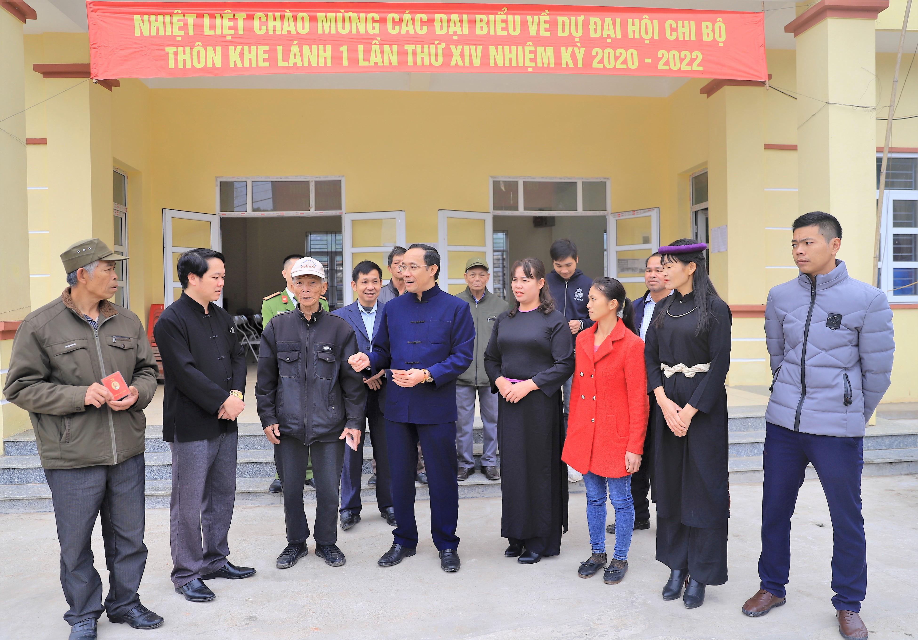 Bí thư Huyện ủy Dương Mạnh Cường (đứng thứ 4 từ trái qua phải) trao đổi với đại biểu dự Đại hội Chi bộ thôn Khe Lánh I, xã Vô Ngại
