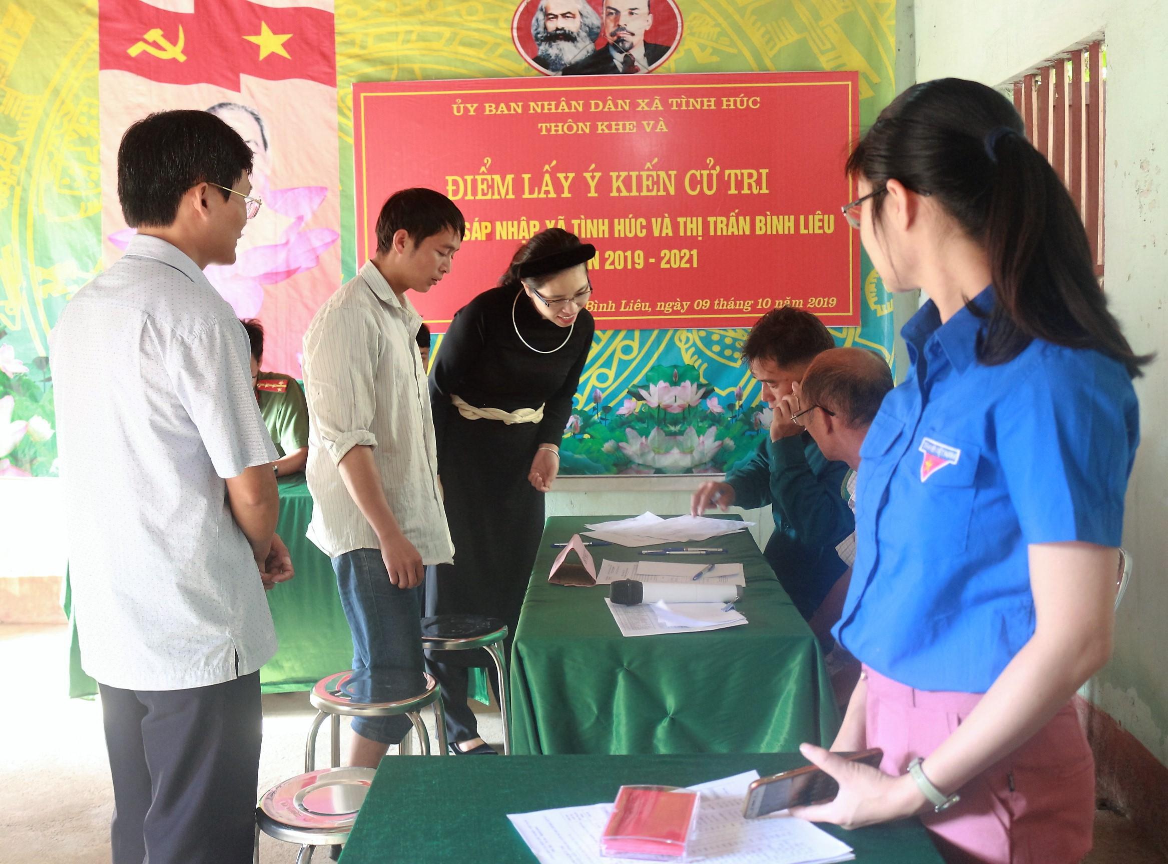 Chủ tịch UBND huyện Bình Liêu Nguyễn Thị Tuyết Hạnh ( thứ ba từ trái) tiếp xúc với Nhân dân trong buổi lấy ý kiến để hợp nhất xã Tình Húc với Thị trấn Bình Liêu