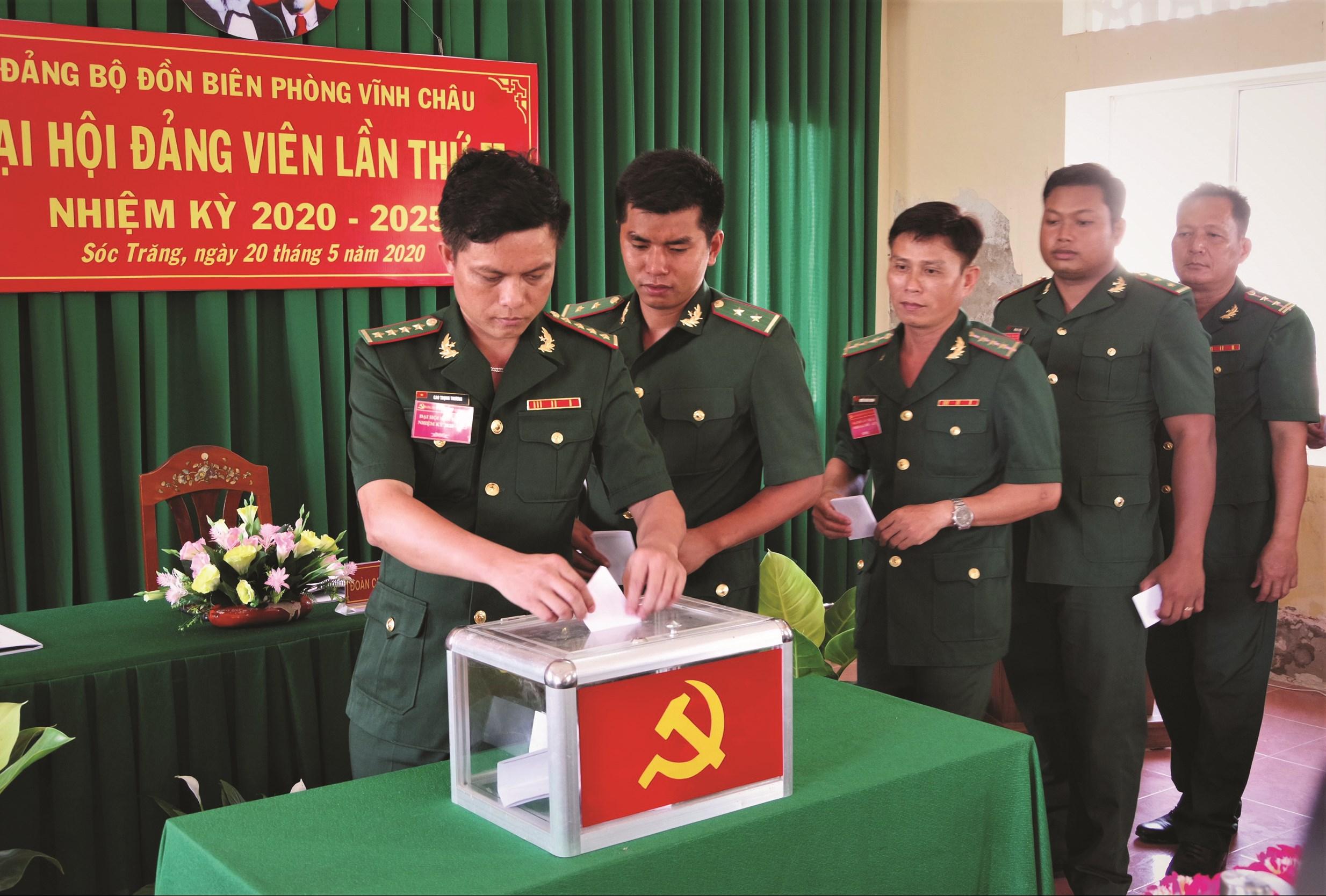 Các đảng viên Đảng bộ Đồn Biên phòng Vĩnh Châu bỏ phiếu bầu Ban Chấp hành Đảng bộ đồn Vĩnh Châu nhiệm kỳ 2020 - 2025.