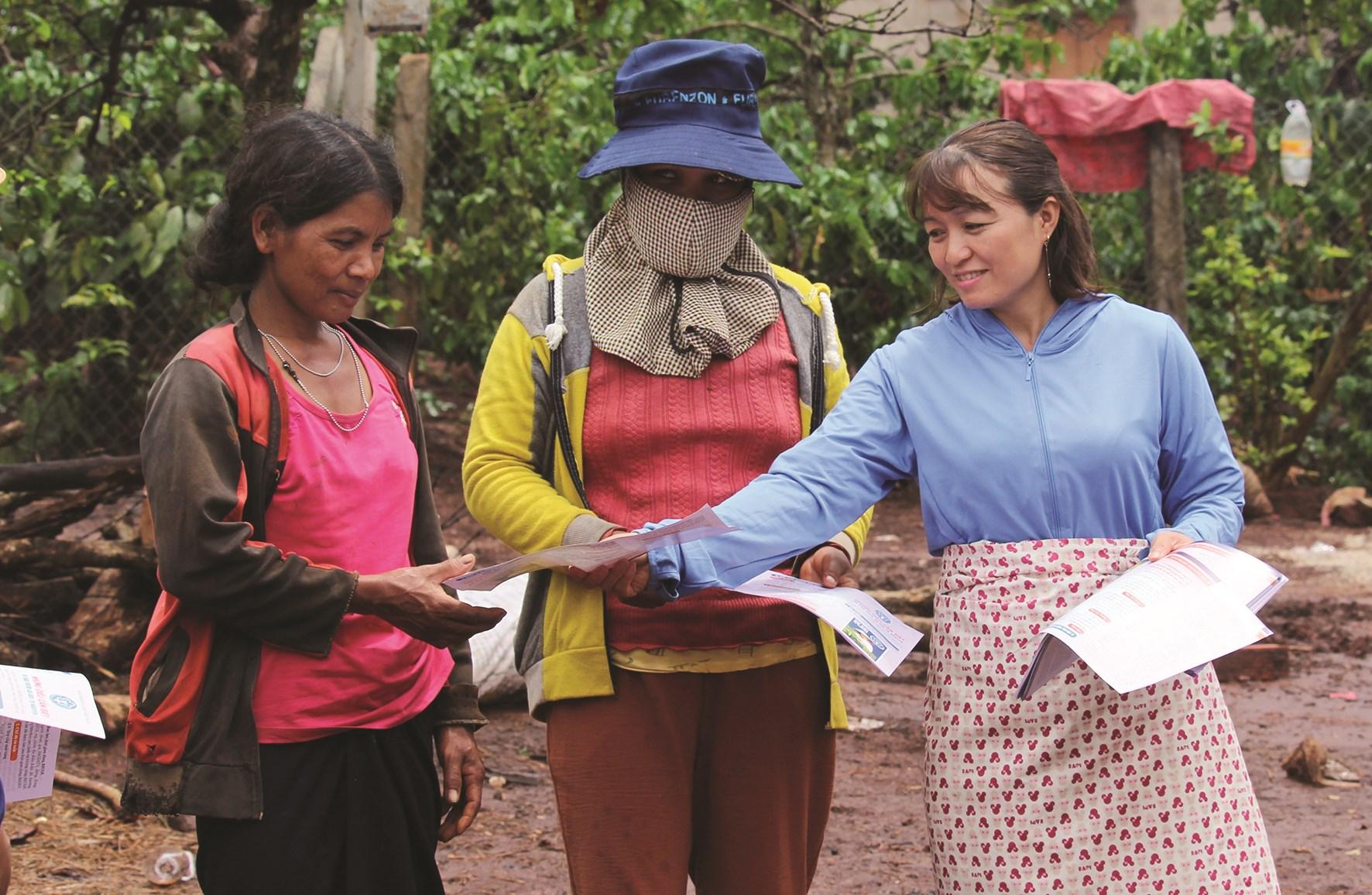 Tuyên truyền viên, cộng tác viên thôn, làng đi từng ngõ, gõ từng nhà để thông tin, tuyên truyền nâng cao nhận thức cho các chị em phụ nữ về chăm sóc SKSS - KHHGĐ