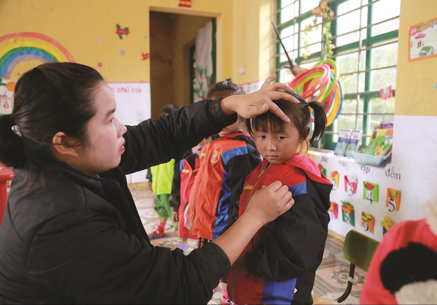 Cô giáo Phạm Thị Cúc với những em học sinh thân yêu