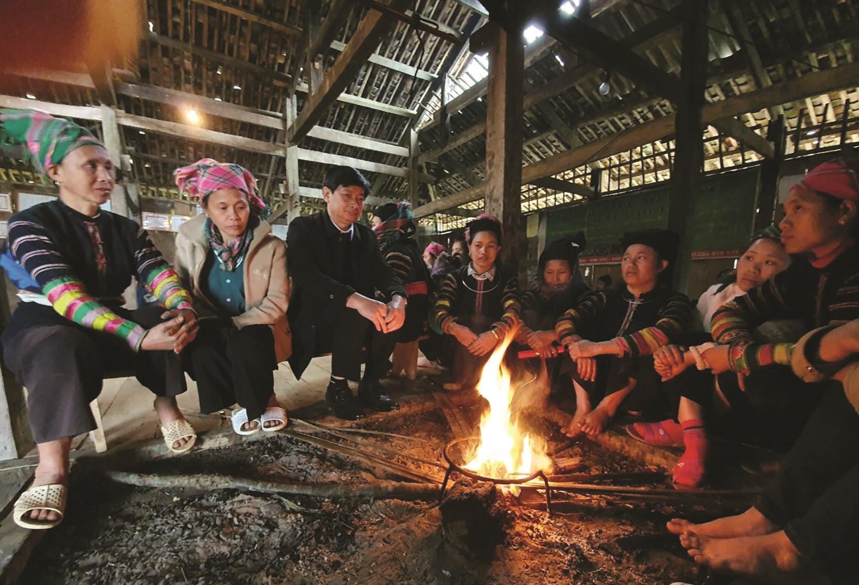 Ông Bế Văn Hùng (thứ ba từ trái sang) trò chuyện với đồng bào Lô Lô trong chuyến khảo sát tại xóm Khuổi Khon, xã Kim Cúc, huyện Bảo Lạc mới đây.