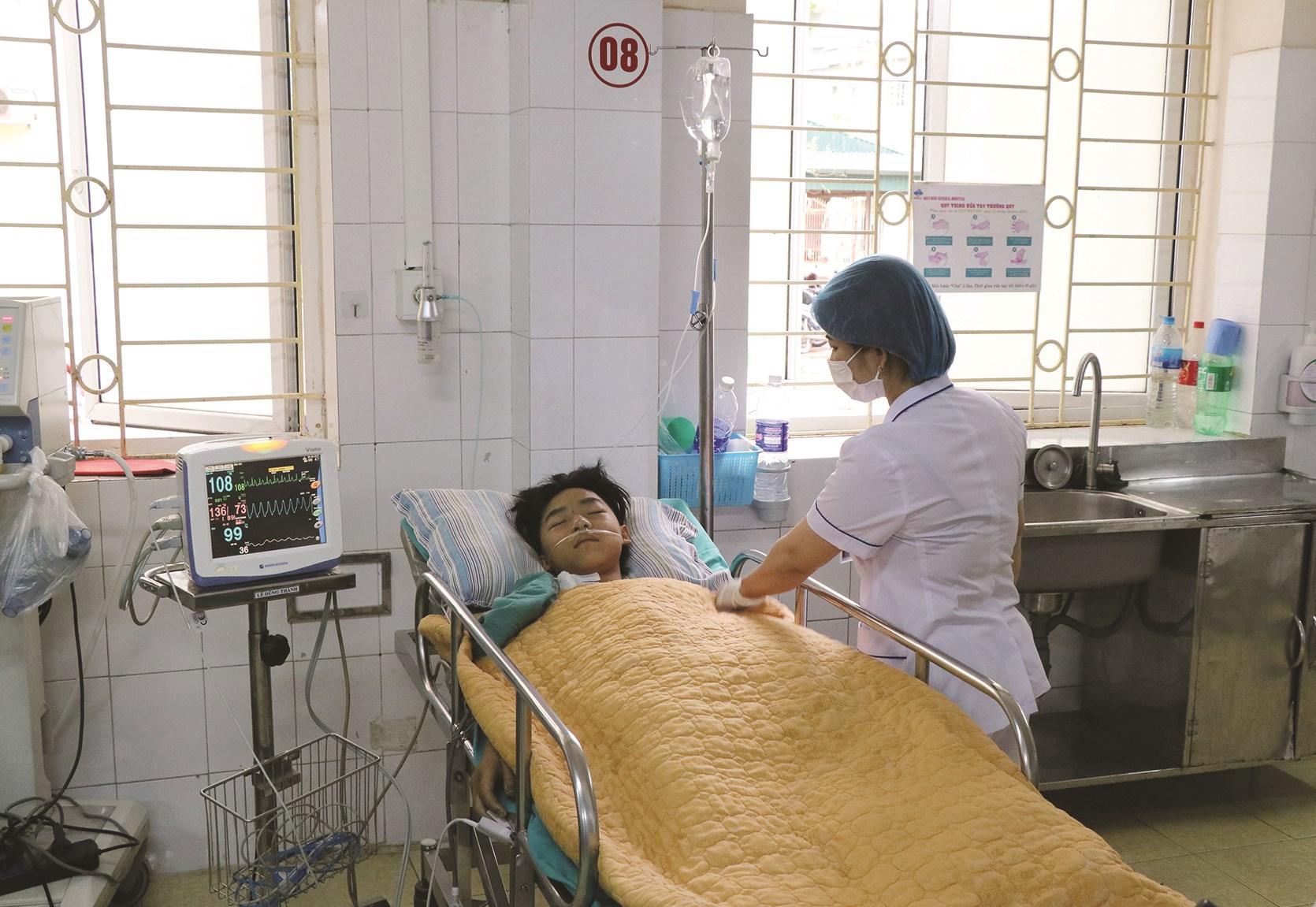 Cấp cứu nạn nhân ngộ độc nấm rừng tại Bệnh viện Đa khoa tỉnh Điện Biên
