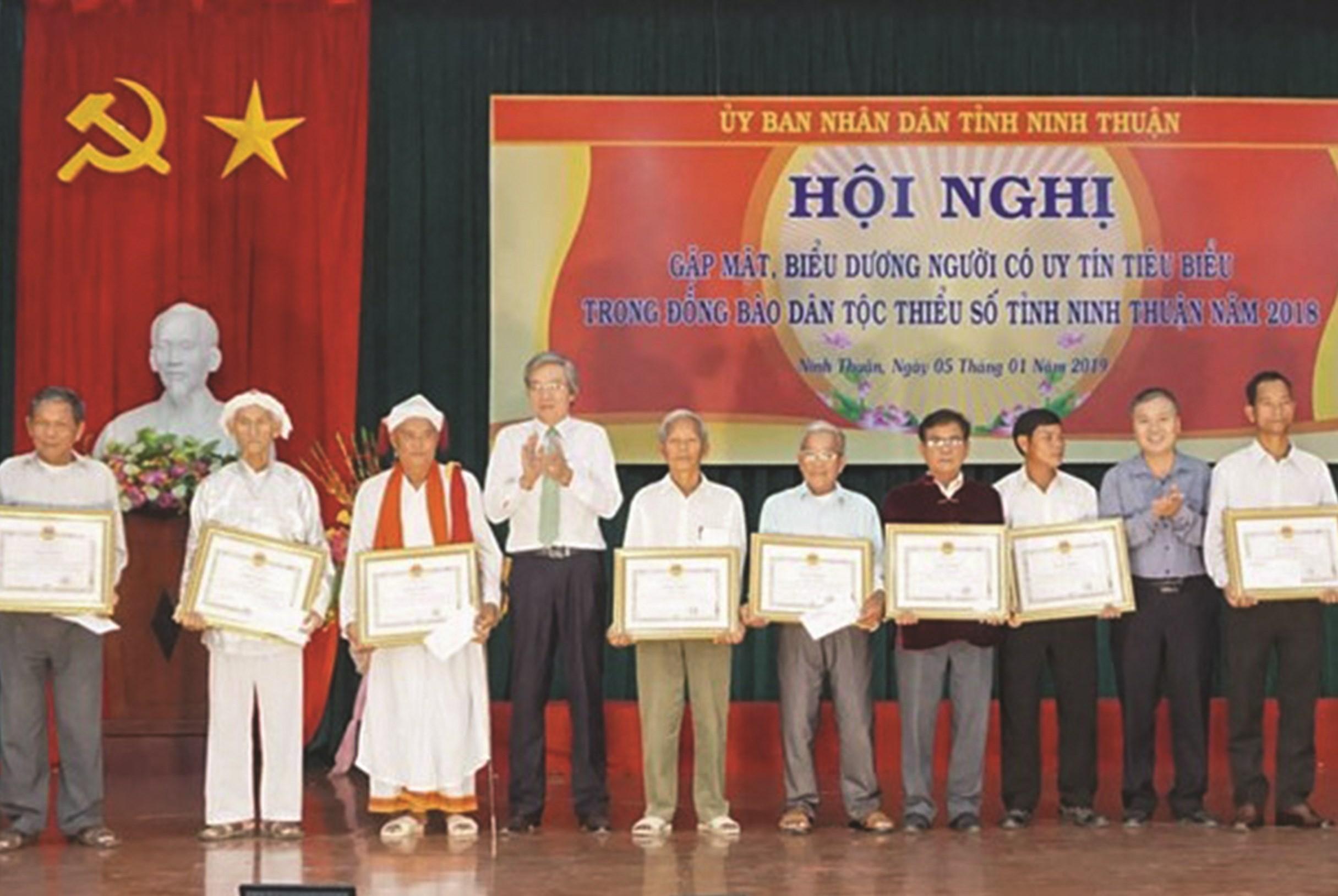 Lãnh đạo tỉnh Ninh Thuận trao Bằng khen cho Người có uy tín đạt thành tích xuất sắc tiêu biểu