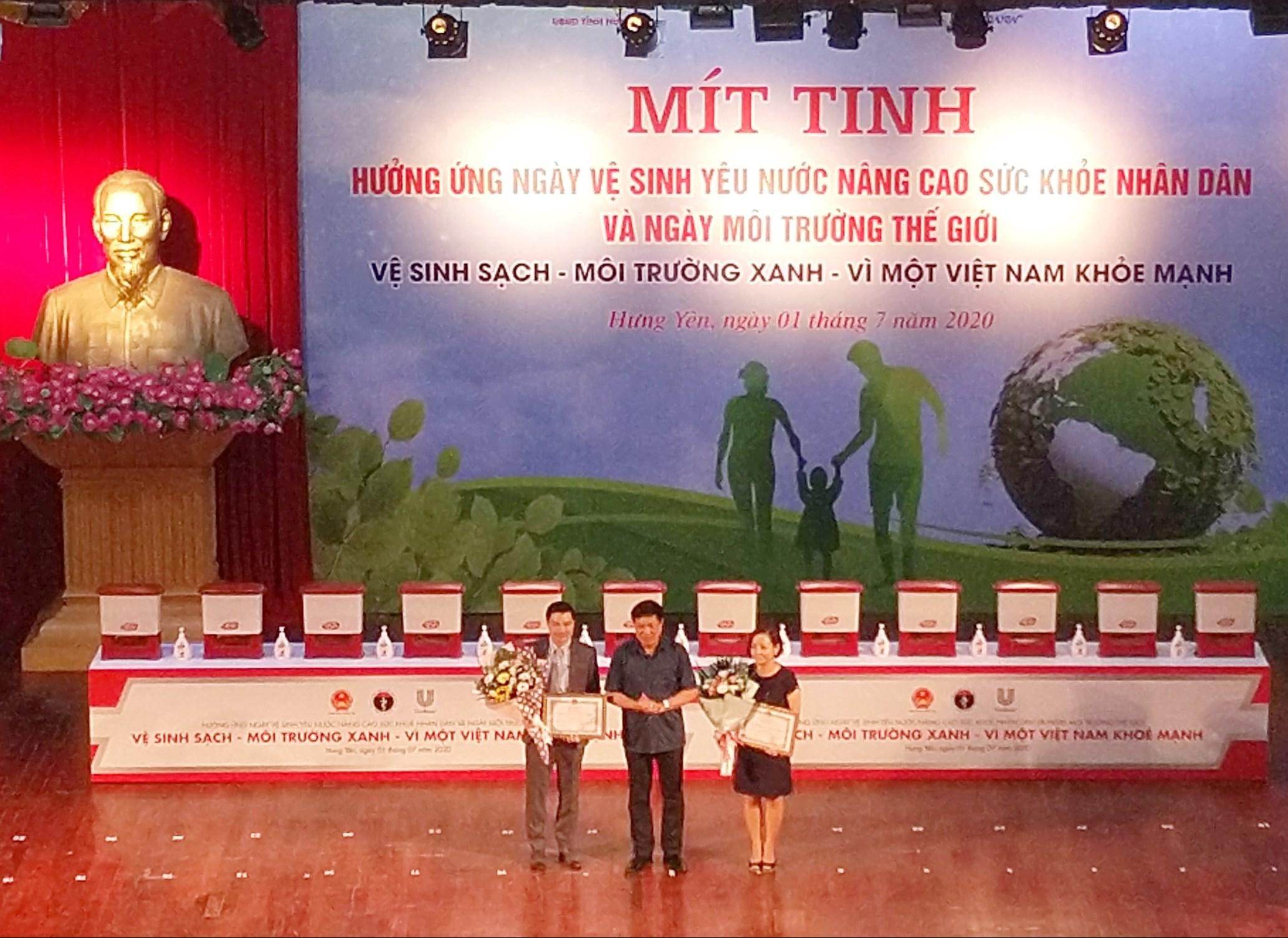 Thứ trưởng Bộ Y tế Đỗ Xuân Tuyên trao Bằng khen cho các tổ chức, cá nhân tại Lễ mít tinh