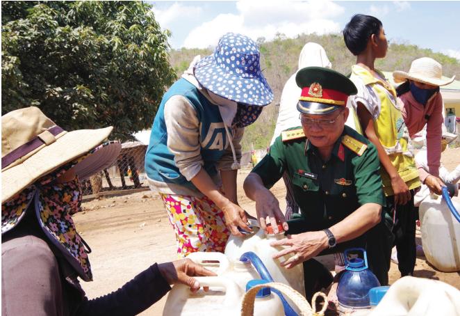 Bộ đội Nin Thuận vận chuyển nước giúp người dân giải cơn khát trong nắng hạn