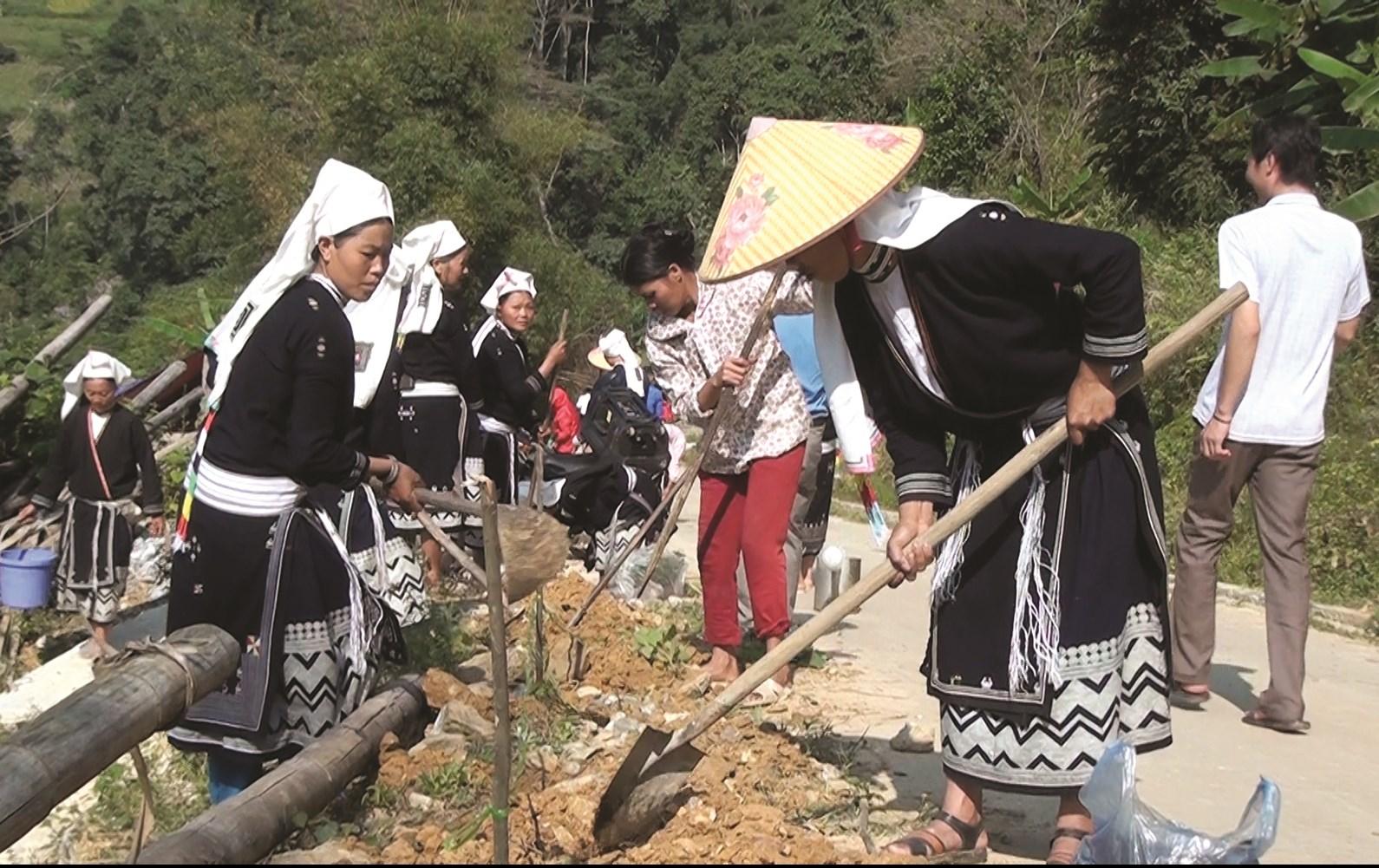 Người dân Hoài Khao chung tay làm đường vào xóm