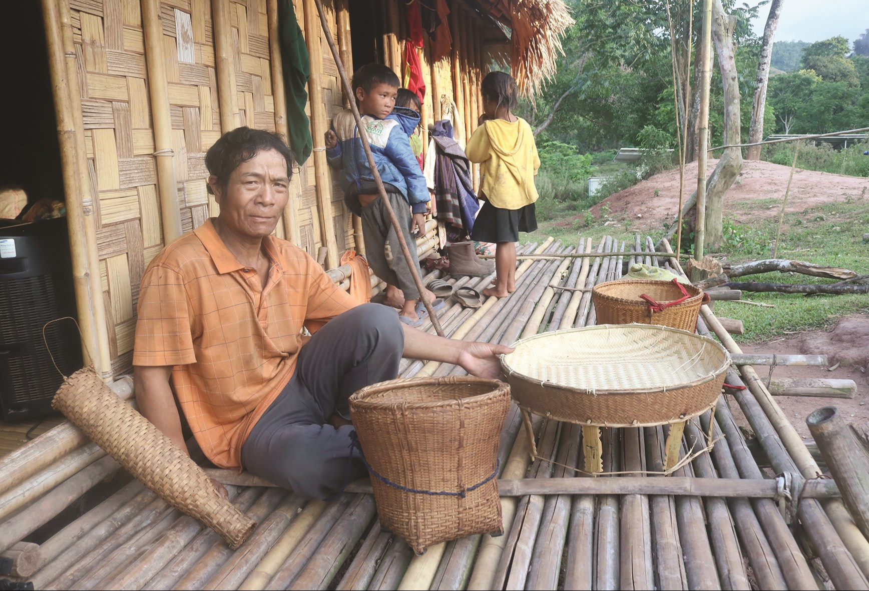 Người Ma Coong xã Thượng Trạch đang hoàn tất chiếc Cù tôộc để bàn giao cho khách hàng. (Ảnh Văn Minh)