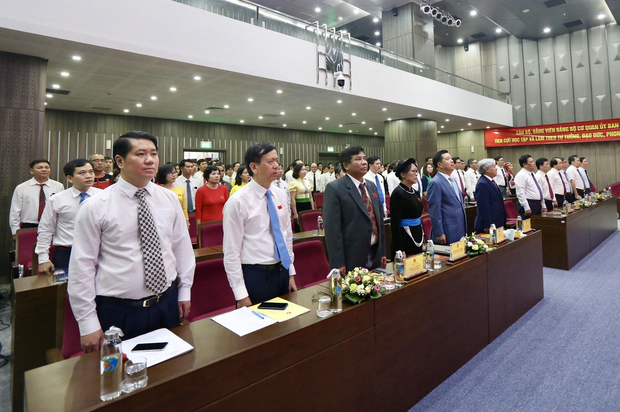 Các đại biểu dự Đại hội thực hiện nghi thức chào cờ