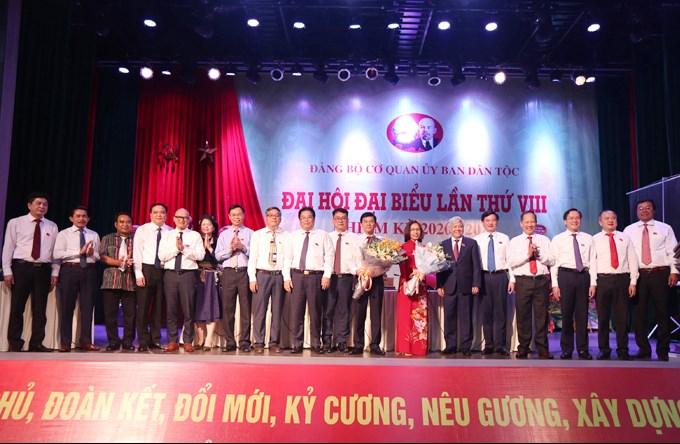 Bí thư Đảng ủy Khối các cơ quan Trung ương Sơn Minh Thắng, Bộ trưởng, Chủ nhiệm UBDT Đỗ Văn Chiến tặng hoa chúc mừng BCH Đảng bộ Cơ quan UBDT khóa mới