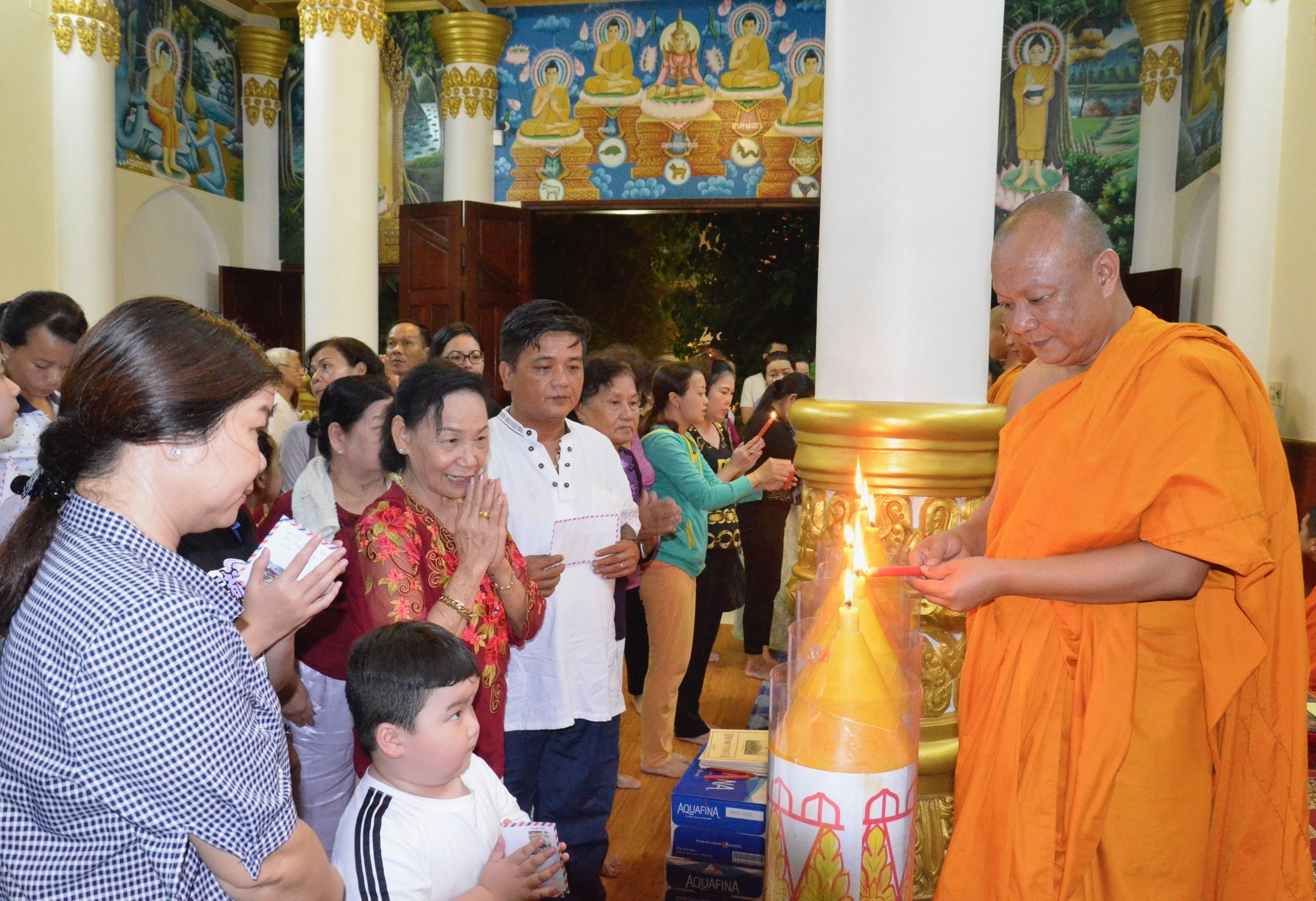 Thượng tọa Lý Hùng, Trụ trì chùa PiTu Khô Sa RăngSây thực hiện nghi thức dâng đèn