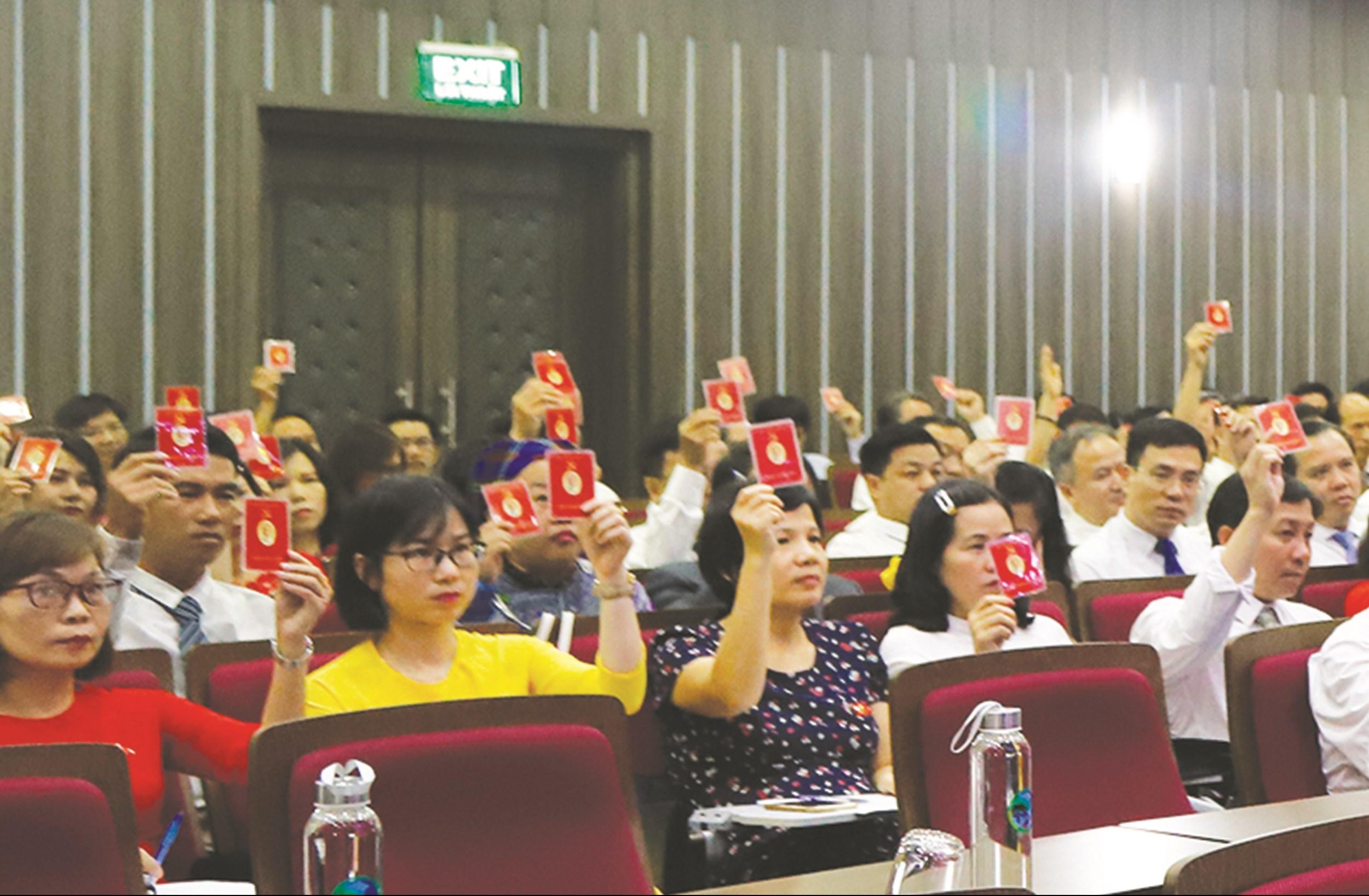Các đại biểu biểu quyết bầu Đoàn Chủ tịch Đại hội Đại biểu Đảng bộ cơ quan Ủy ban Dân tộc lần thứ VIII, nhiệm kỳ 2020 - 2025