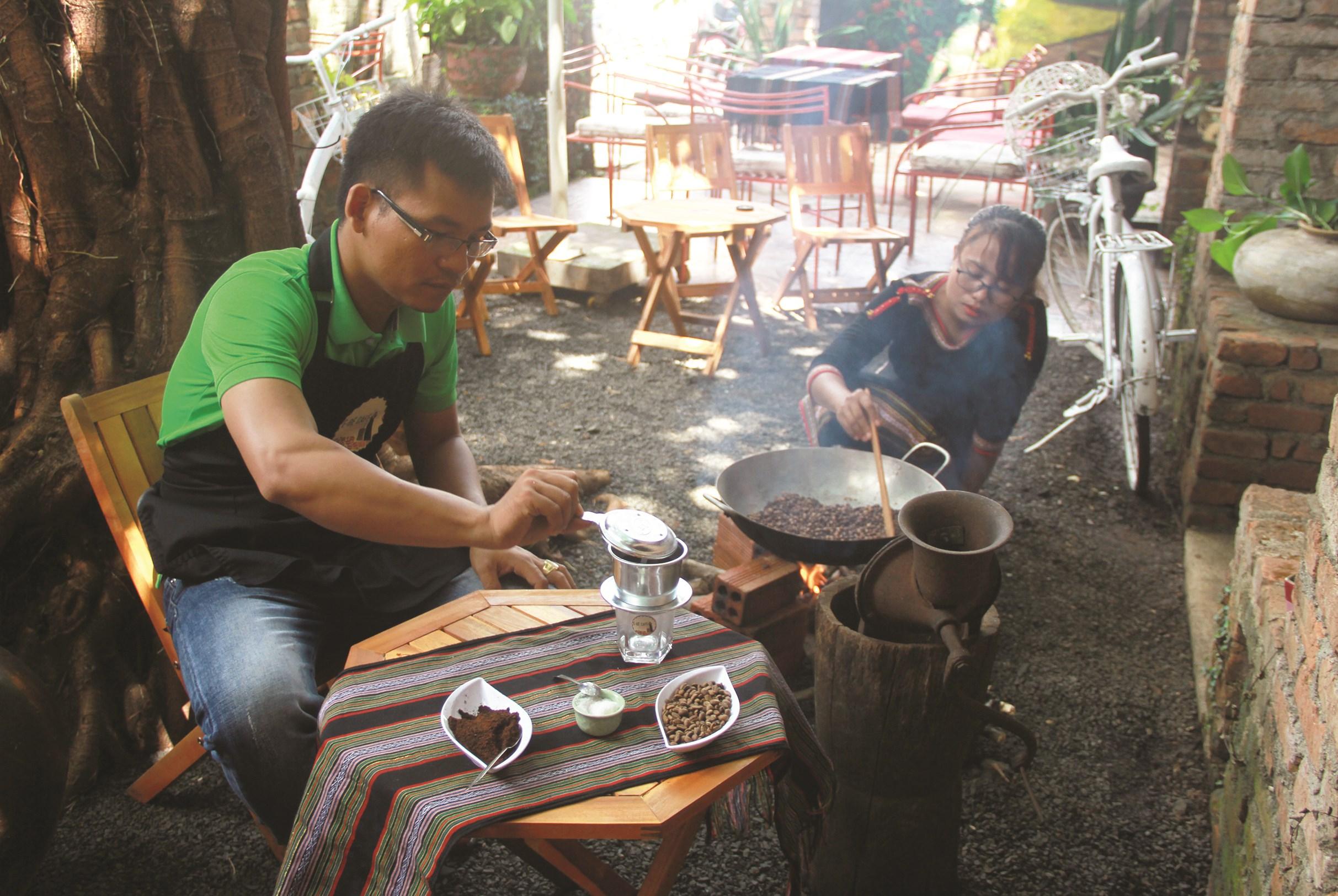 Y Pốt (bìa trái) học được cách pha chế truyền thống để giữ hương vị cà phê nguyên chất