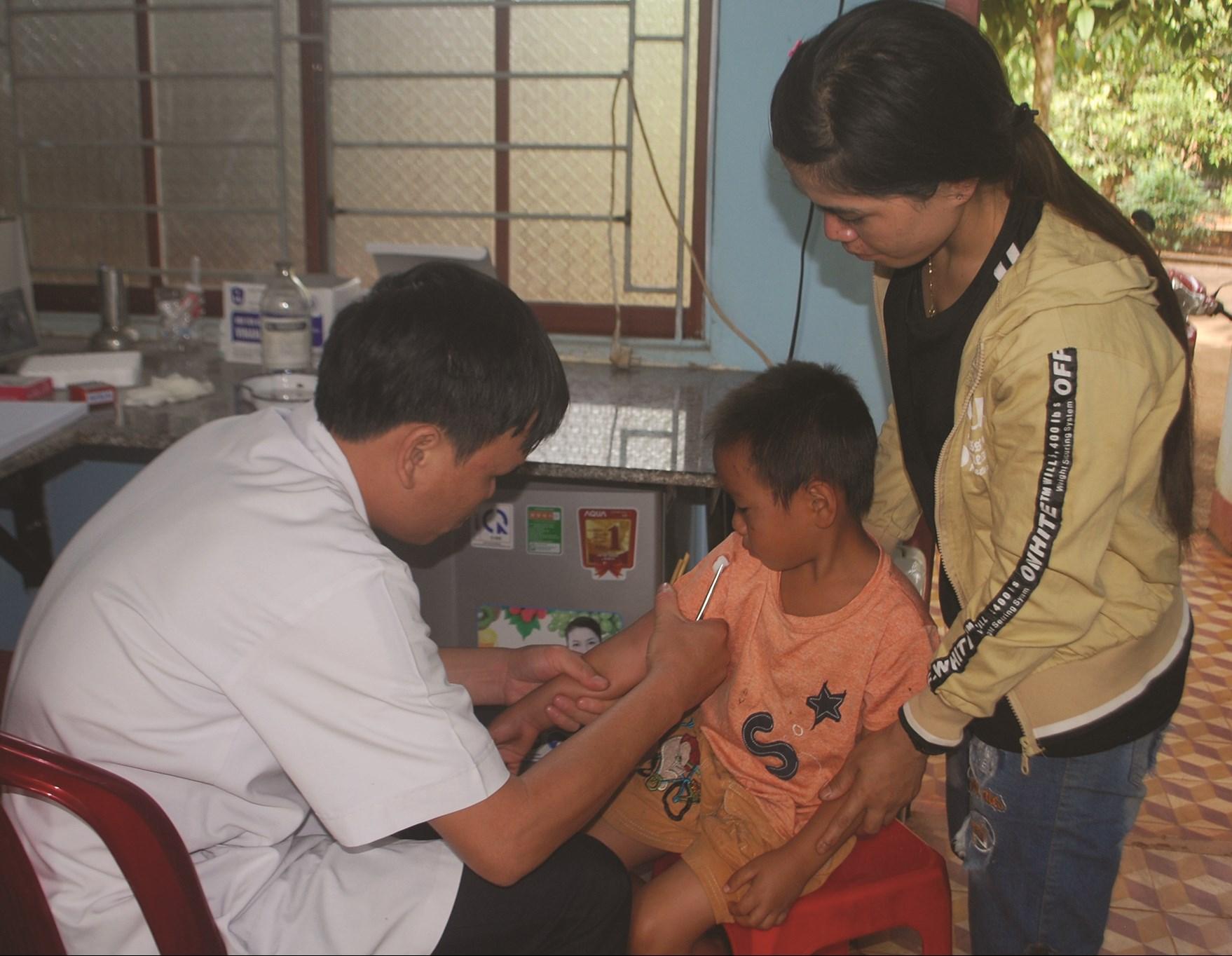 Công tác khám, chữa bệnh tại các tuyến cơ sở trên địa bàn tỉnh Gia Lai gặp khó khăn do thiếu bác sĩ.