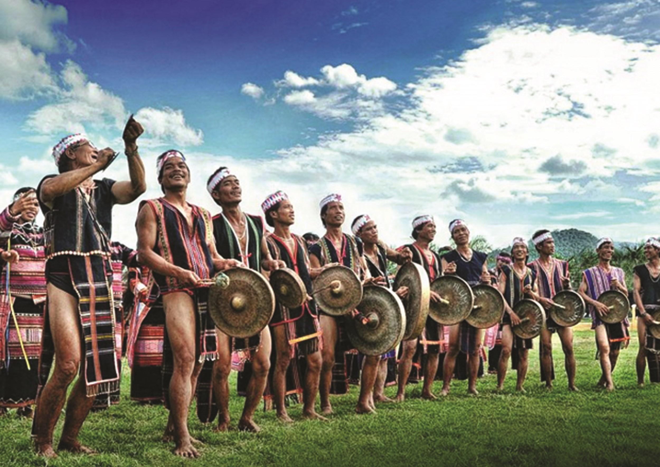 Những buổi sinh hoạt văn hóa cộng đồng của đồng bào Tây Nguyên là chất liệu để nhà văn Y Điêng đưa vào tác phẩm. (Ảnh TL)