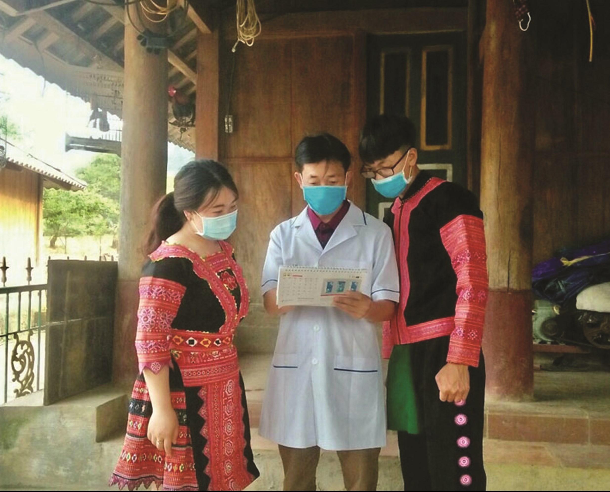 Cán bộ Dân số - KHHGĐ xã Pà Cò (Mai Châu) đến từng gia đình tuyên truyền về hệ lụy của tảo hôn.
