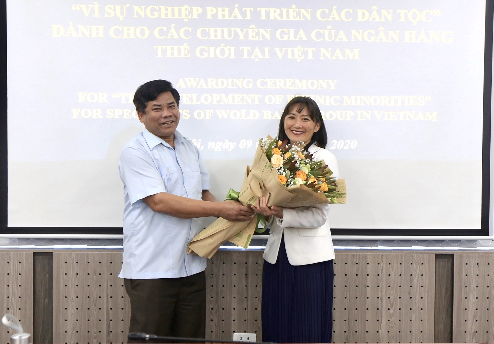 Thứ trưởng, Phó Chủ nhiệm UBDT Y Thông tặng hoa bà Keiko Inoue, Trưởng Ban phát triển con người, Ngân hàng Thế giới