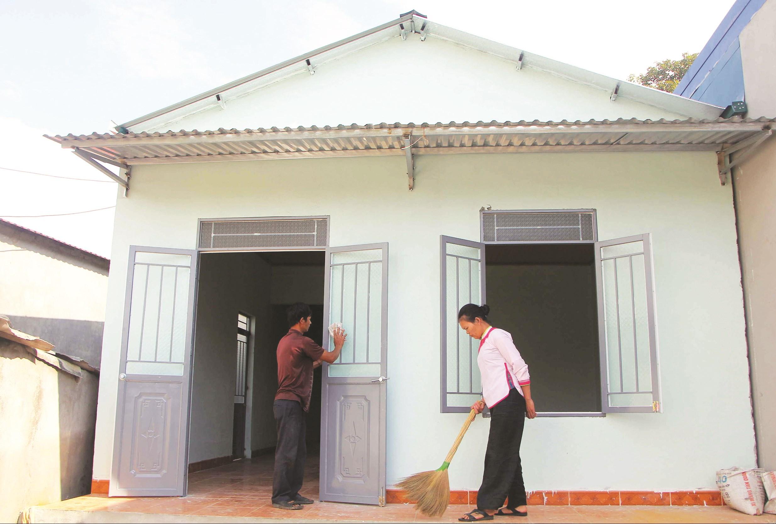 Nhiều gia đình có nhà kiến cố nhưng vẫn là hộ nghèo do nhà được xây dựng từ các nguồn hỗ trợ. (Trong ảnh: Gia đình chị Thào Thị Hong, ở bản San Thàng 2, xã Sang Thàng, TP. Lai Châu có nhà mới từ tháng 11/2019 từ nguồn hỗ trợ Quỹ Vì người nghèo của tỉnh Lai Châu - Ảnh TL)