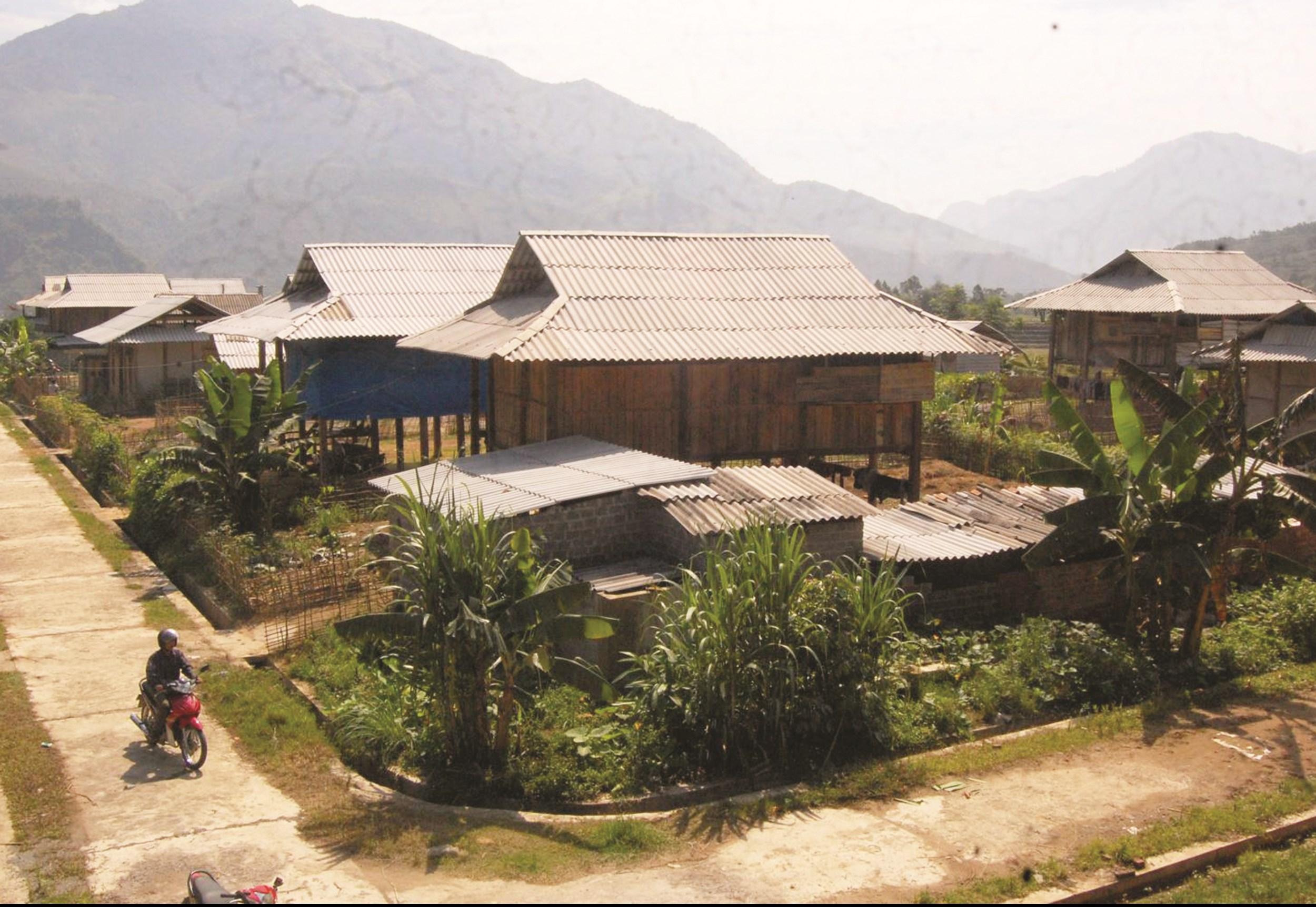 Nhiều khu tái định cư, đồng bào được ở trong những ngôi nhà kiên cố nhưng tỷ lệ hộ nghèo vẫn cao. (Ảnh minh họa)