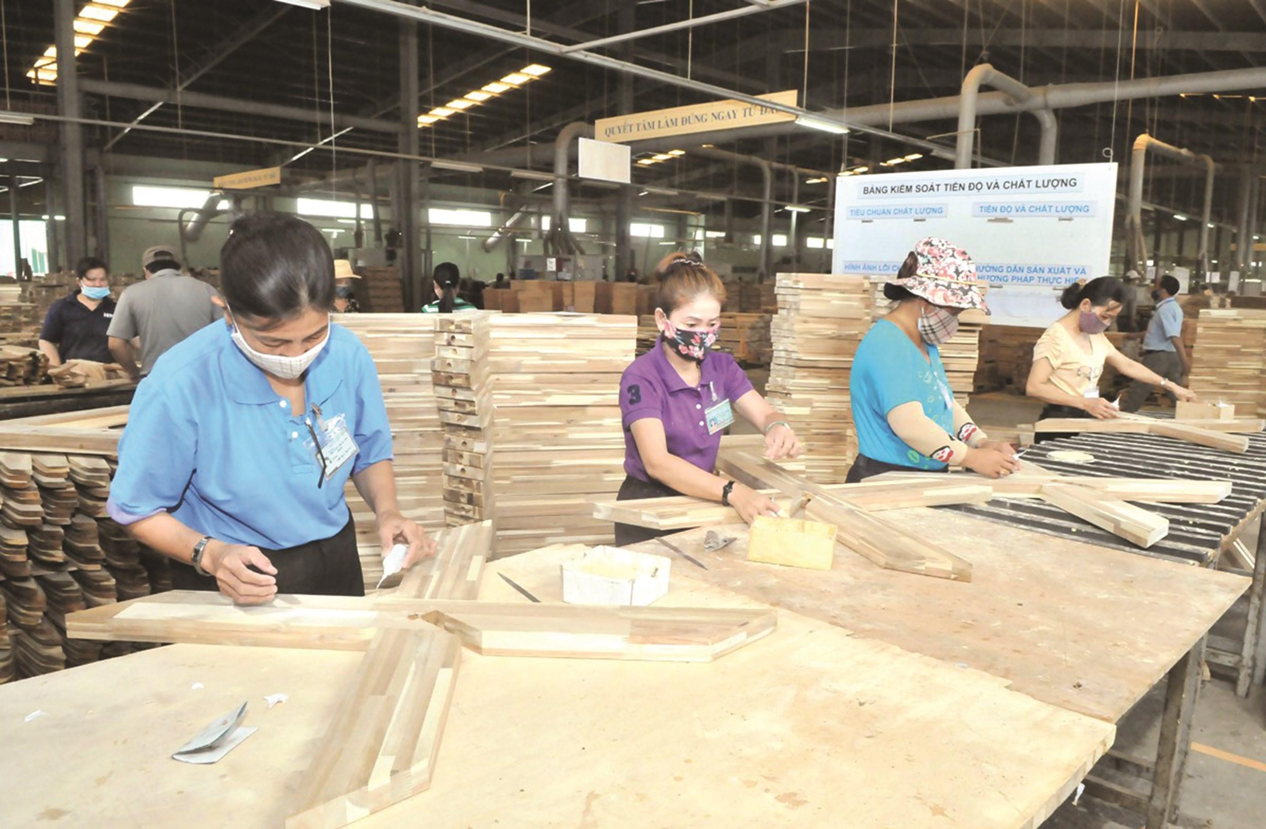 Ứng dụng khoa học công nghệ trong ngành Công nghiệp chế biến gỗ đem lại giá trị lợi nhuận, tăng tính cạnh tranh cho các doanh nghiệp trên thị trường thế giới.  Ảnh tư liệu.