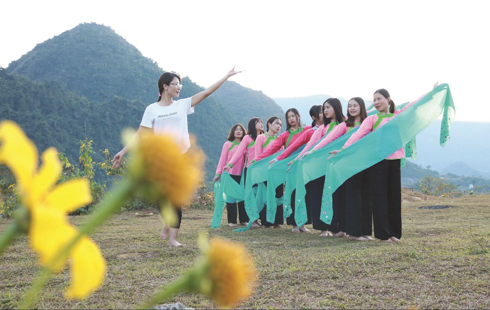 """Đội múa CLB """"Giữ gìn và phát huy bản sắc văn hoá dân tộc Giáy"""" của Đoàn Thanh niên phường Quyết Thắng đang tập luyện"""