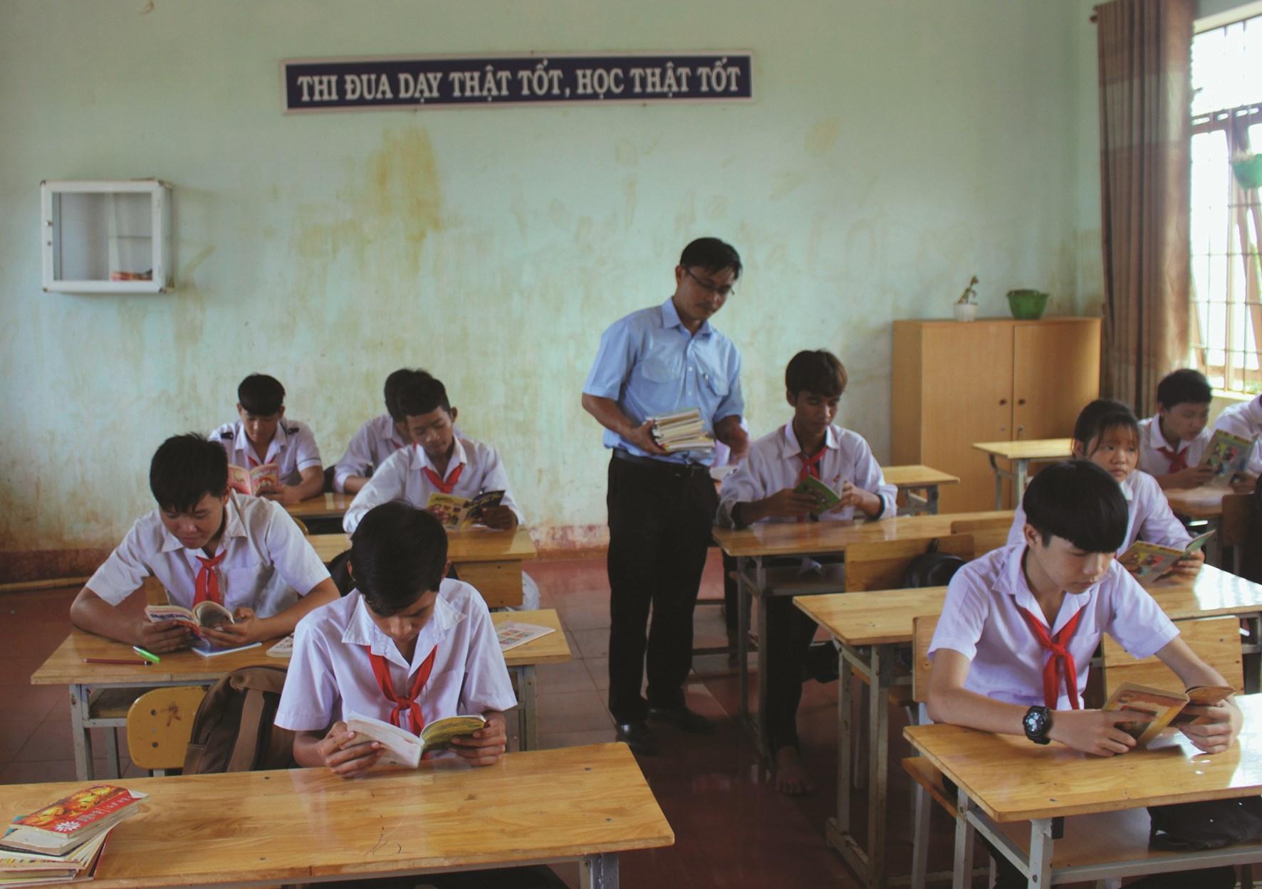 Tiết học đọc sách của thầy trò Trường THCS Ngô Mây.