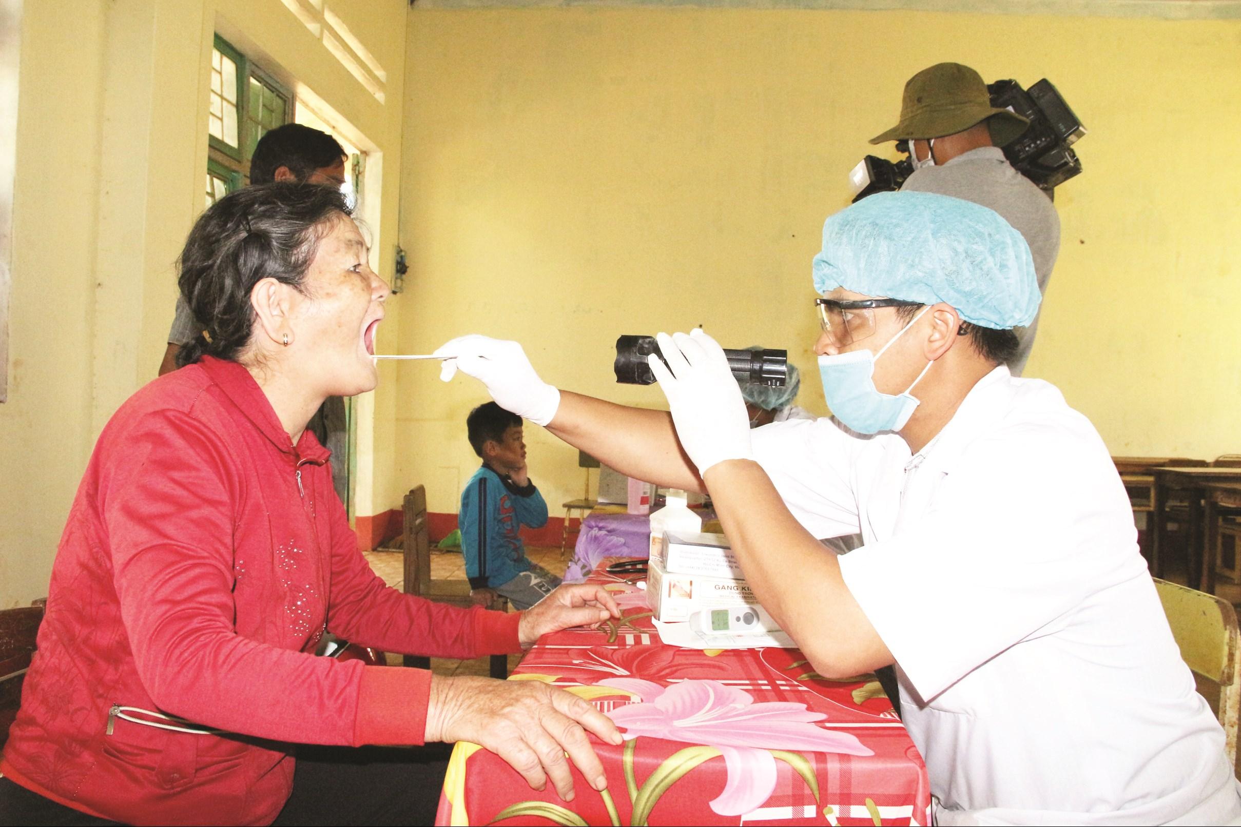 Người dân được thăm khám, phát thuốc uống để phòng, chống bệnh bạch hầu