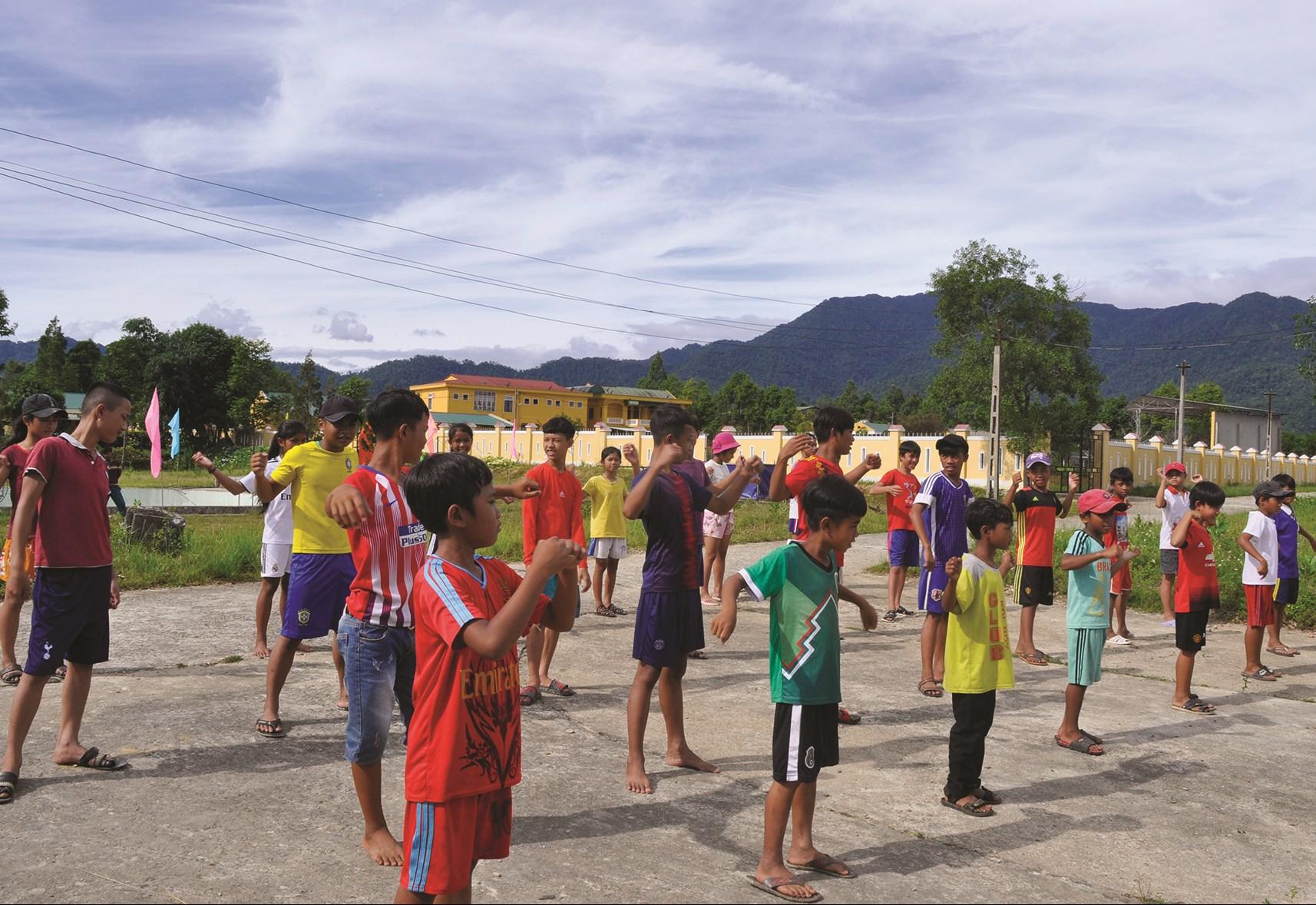 Các em học sinh khởi động trước khi xuống bể bơi