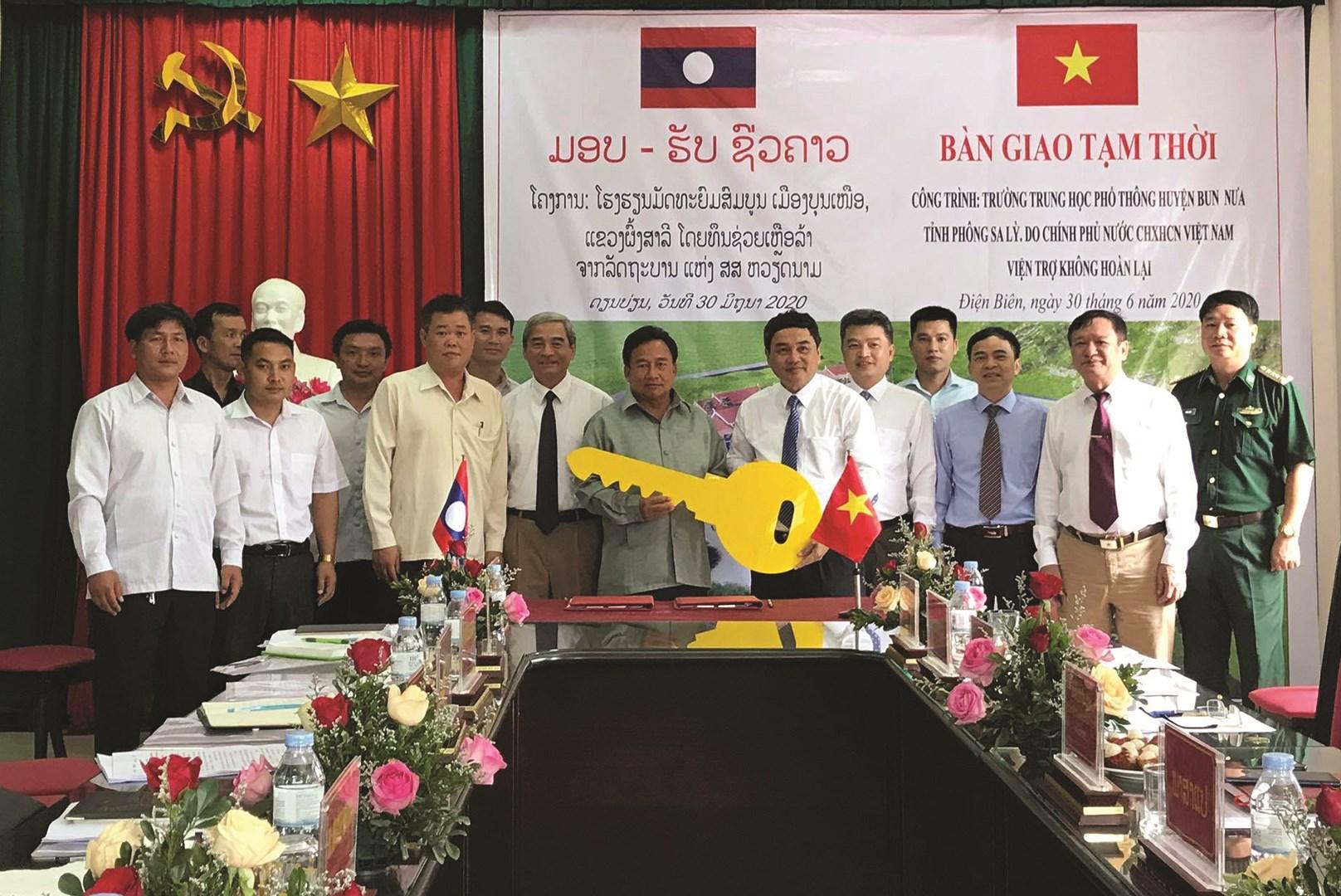 Đại diện lãnh đạo 2 tỉnh Điện Biên – Phông Sa Lỳ trong Lễ bàn giao Trường THPT huyện Bun Nưa