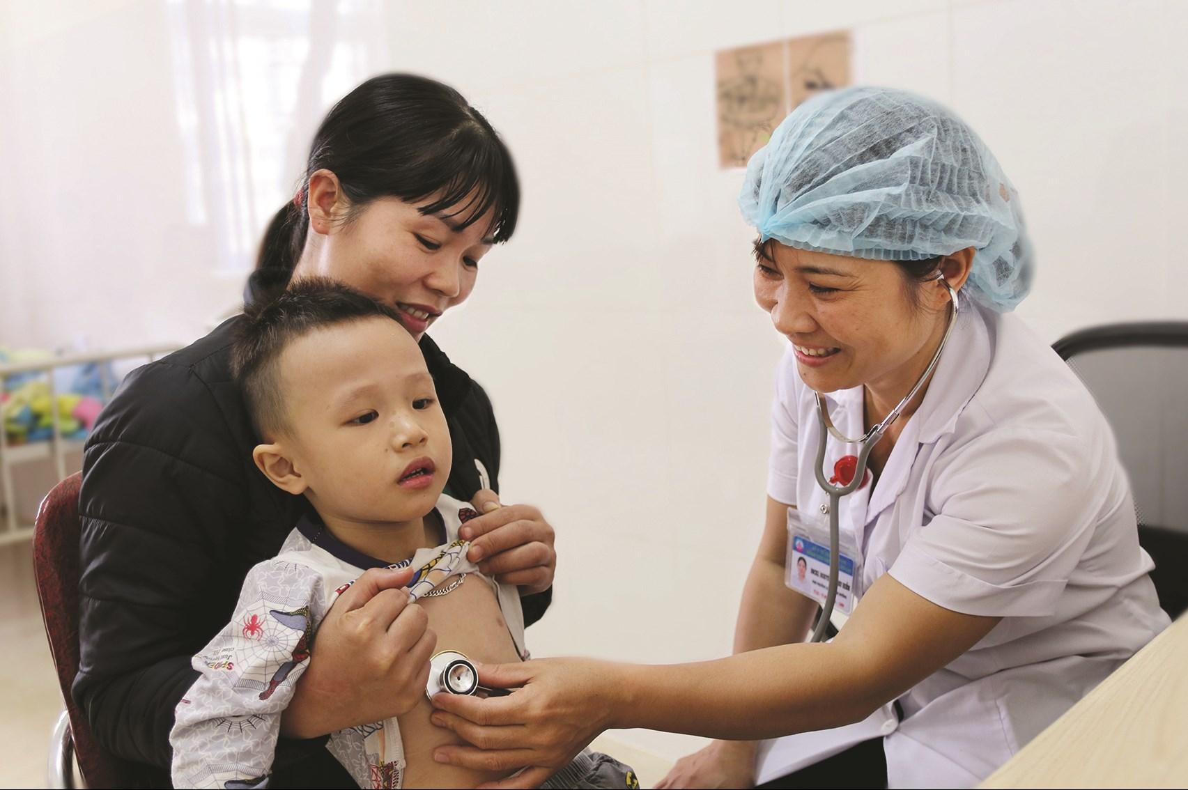 Bác sĩ Bệnh viện Sản-Nhi Lào Cai khám bệnh cho trẻ em