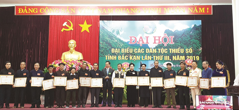 Ông Thào Minh Khyào (đứng thứ 8 từ trái sang) được nhận Bằng Khen của Bộ trưởng, Chủ nhiệm UBDT tại Đại hội Đại biểu các DTTS tỉnh Bắc Kạn lần thứ III, năm 2020.