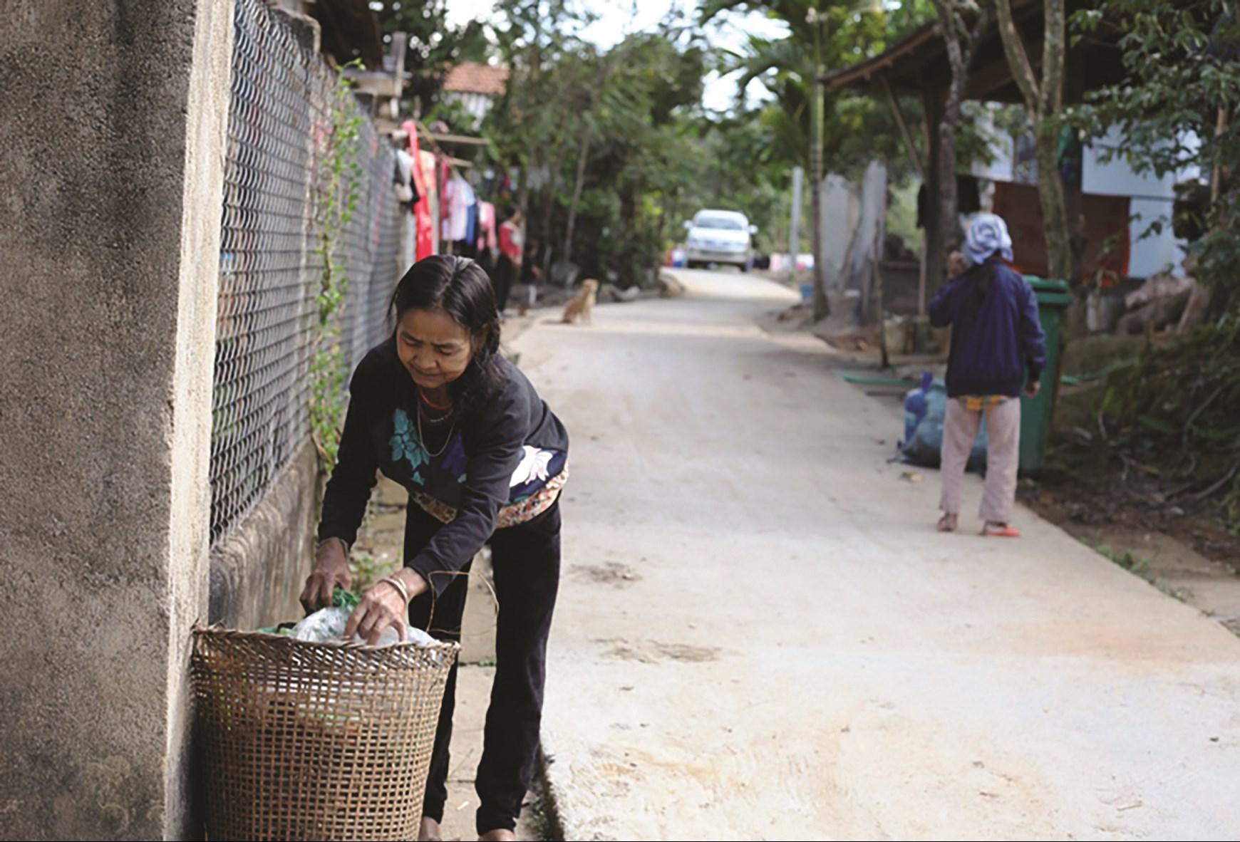 Nông dân thôn Gò Tranh, xã Long Sơn, huyện miền núi Minh Long tự xử lý rác thải để bảo vệ môi trường.