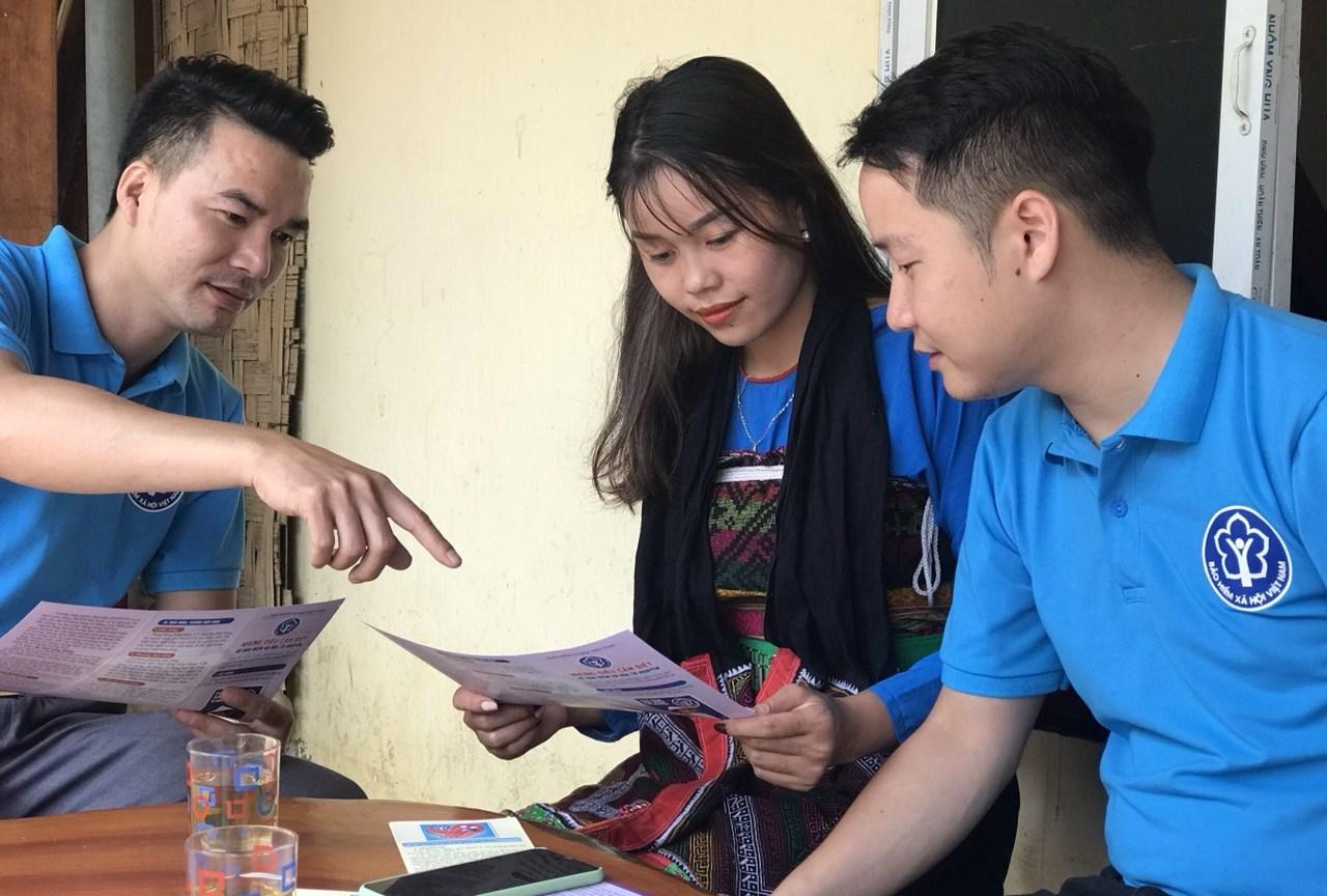 Tại Thanh Hóa, cán bộ BHXH tới từng thôn, bản tuyên truyền BHXH tự nguyện, BHYT hộ gia đình tới người dân