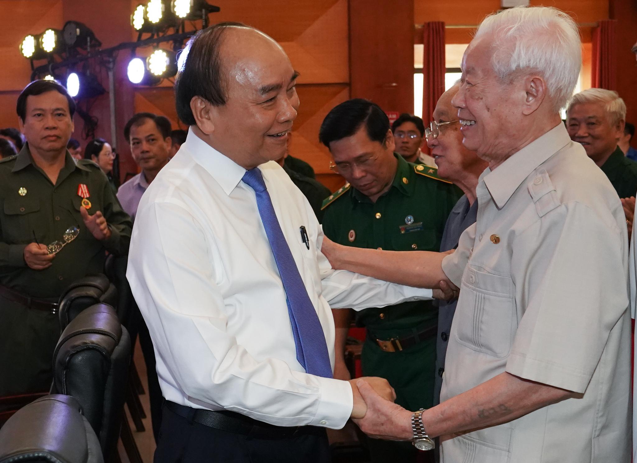 Thủ tướng thăm hỏi các cựu TNXP - Ảnh: VGP/Quang Hiếu