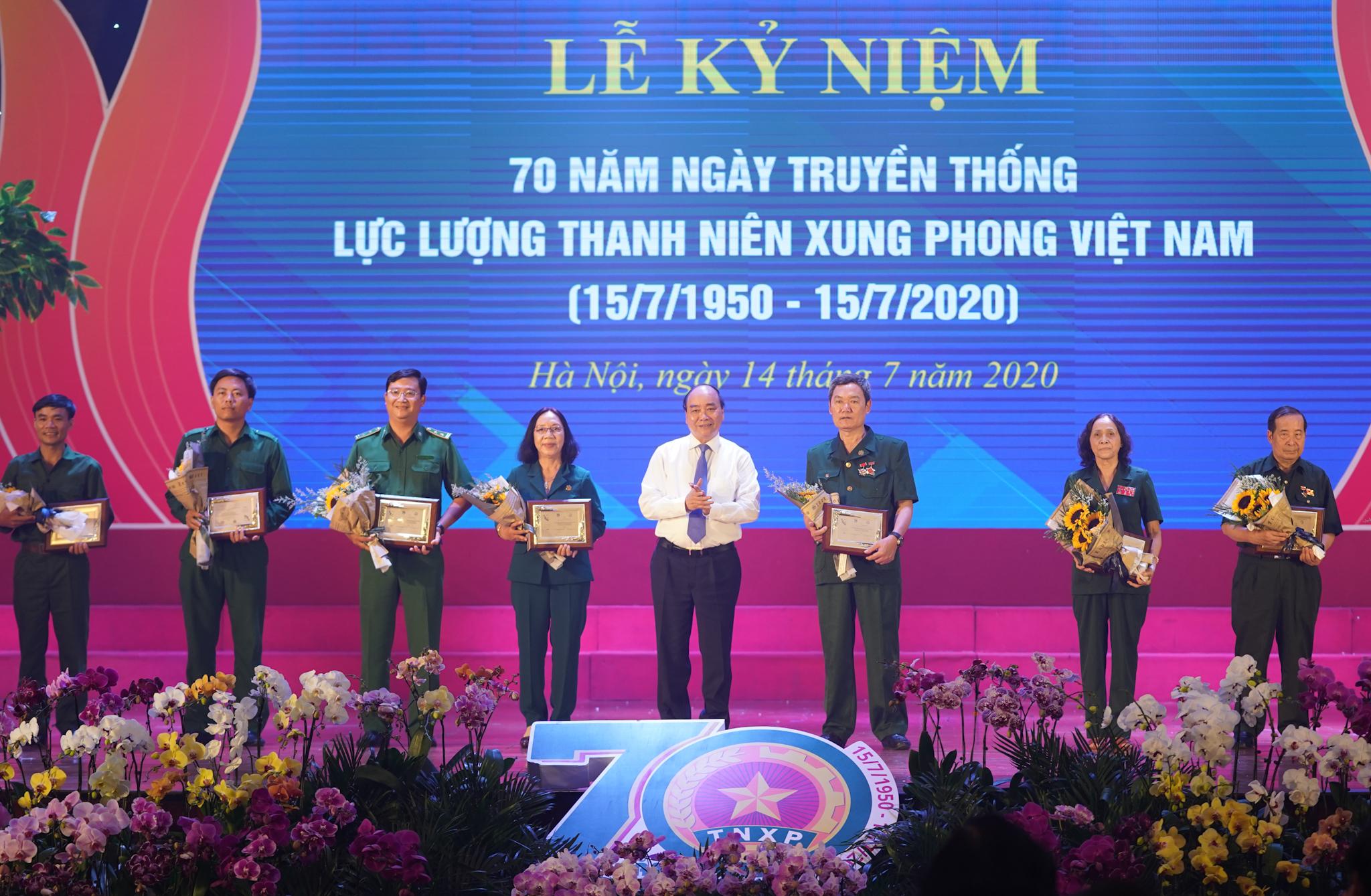 Thủ tướng Nguyễn Xuân Phúc tặng biểu trưng tôn vinh các TNXP điển hình tiêu biểu qua các thời kỳ - Ảnh: VGP/Quang Hiếu