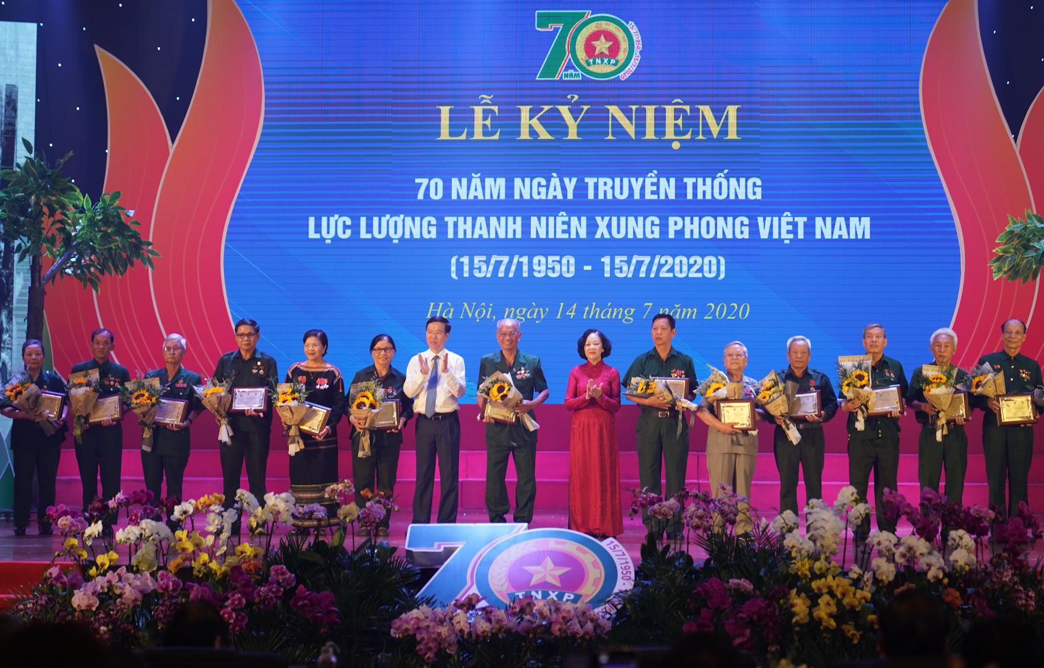 Trưởng Ban Dân vận Trung ương Trương Thị Mai và Trưởng Ban Tuyên giáo Trung ương Võ Văn Thưởng tặng biểu trưng tôn vinh các TNXP điển hình tiêu biểu qua các thời kỳ - Ảnh: VGP/Quang Hiếu