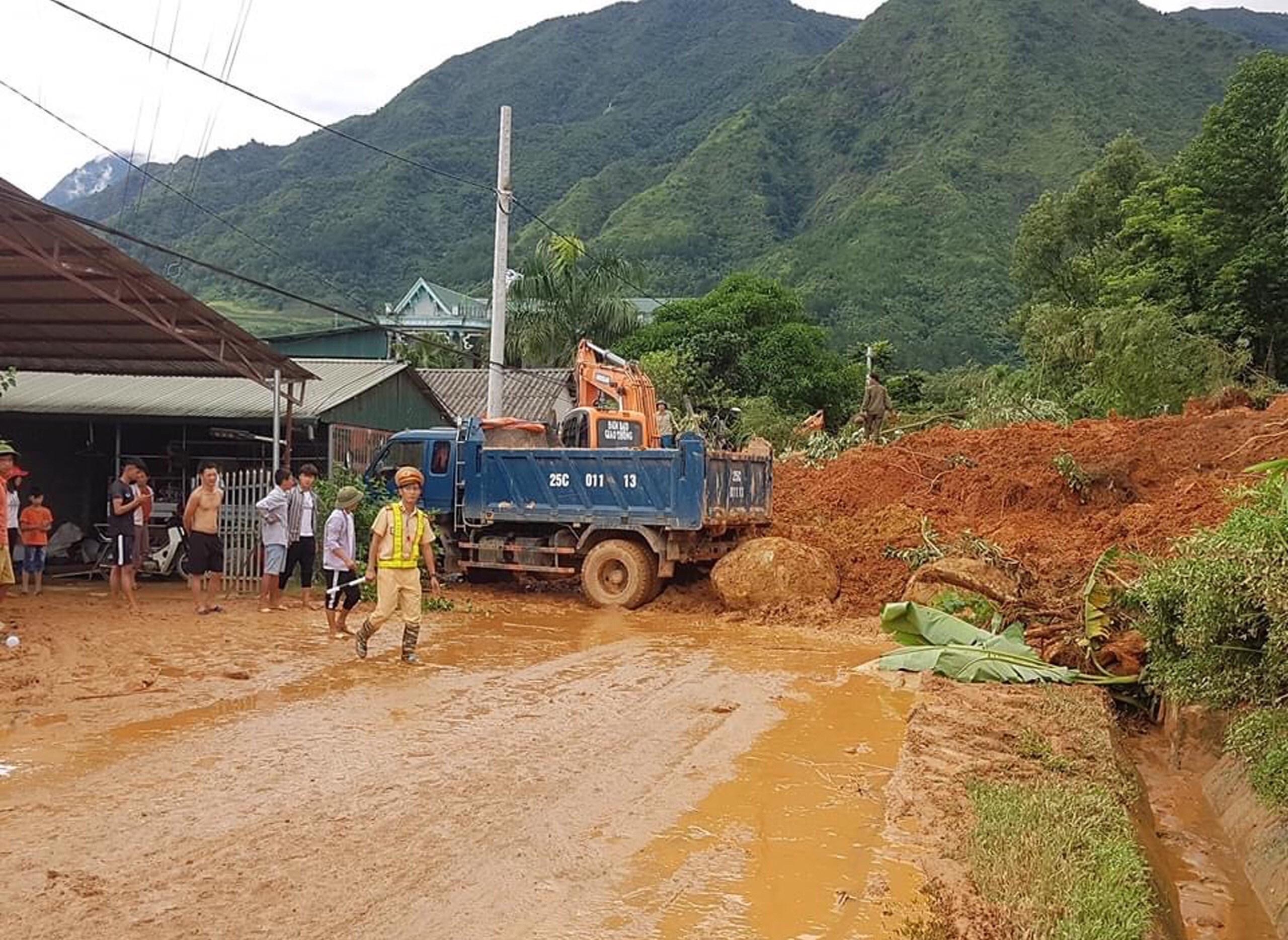 Lực lượng chức năng giúp người dân khắc phục thiệt hại do mưa lũ gây ra.