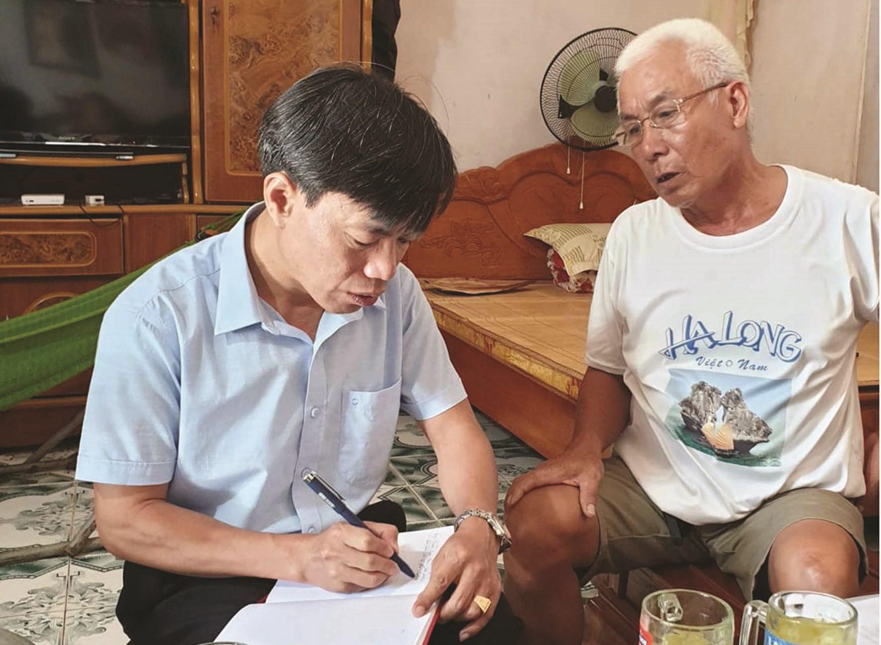 Ông Đoàn Xuân Hòa đang trao đổi sự việc với phóng viên