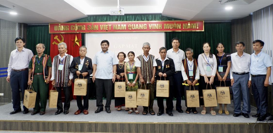 Thứ trưởng, Phó Chủ nhiệm UBDT Y Thông tặng quà cho các đại biểu Người có uy tín tỉnh Quảng Ngãi.
