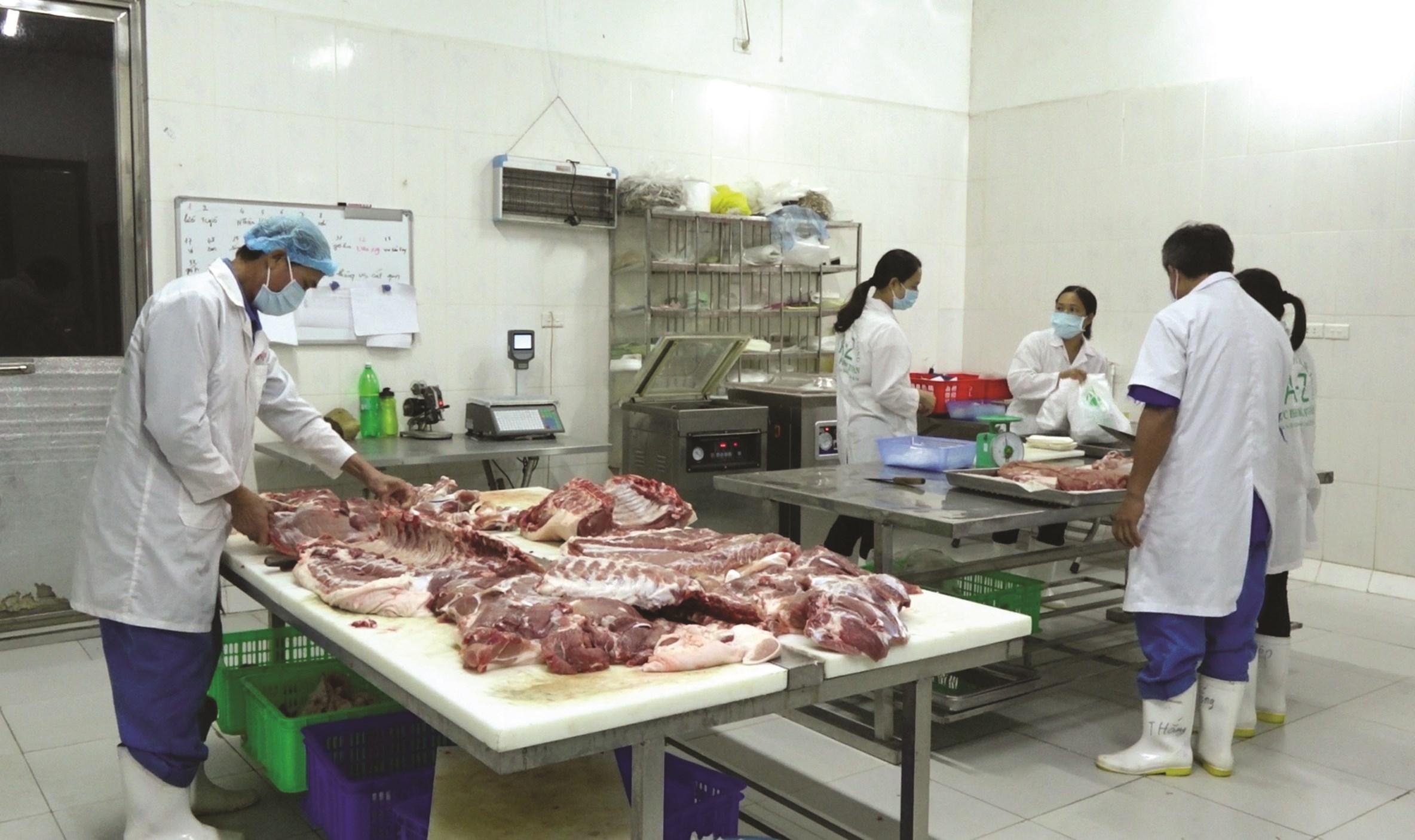 """Thịt lợn sạch mang thương hiệu """"Chuỗi thực phẩm A-Z"""" của HTX chăn nuôi Hoàng Long đạt 4 sao."""