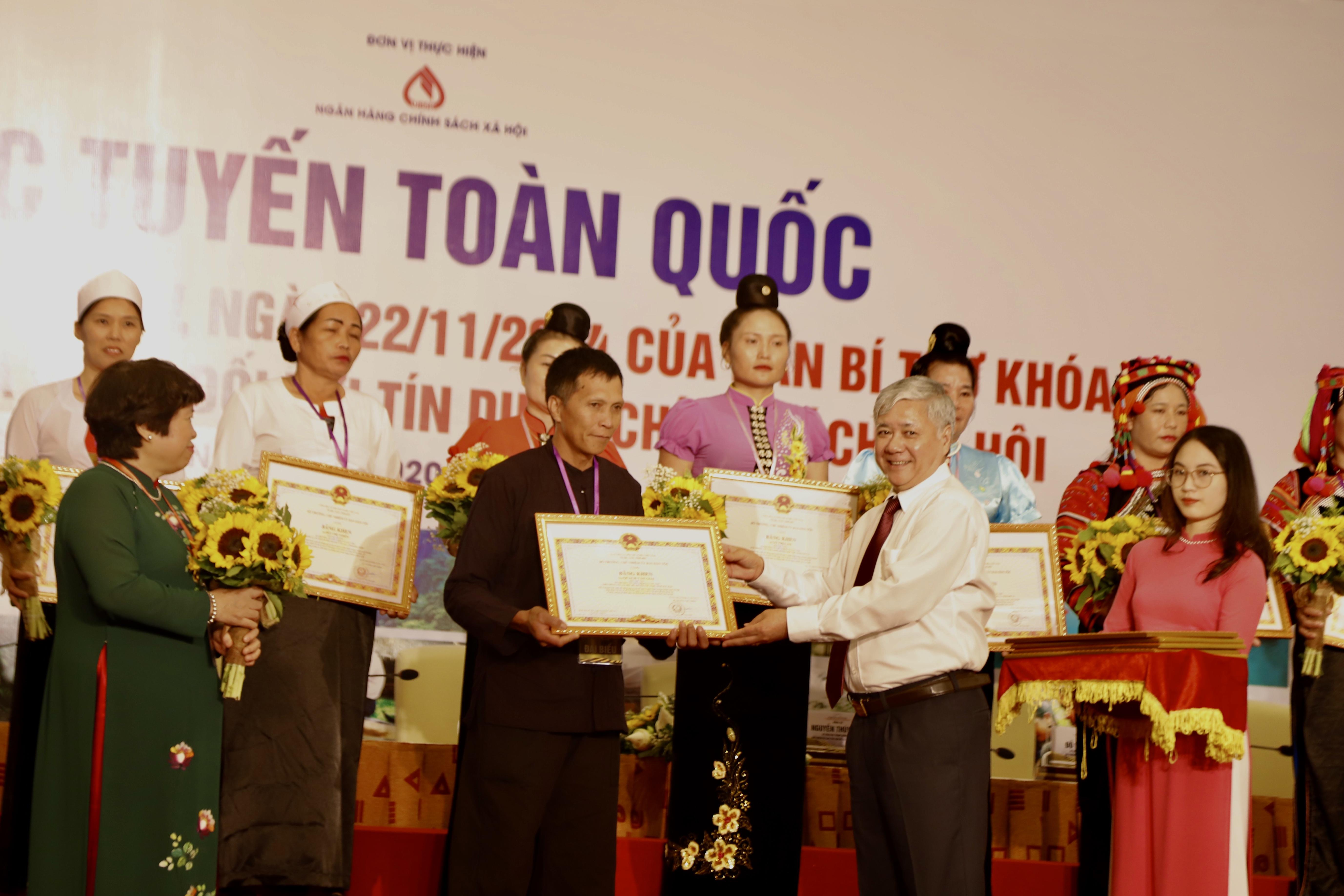 Bộ trưởng, Chủ nhiệm UBDT Đỗ Văn Chiến tặng Bằng khen cho các Tổ trưởng tổ tiết kiệm vay vốn.