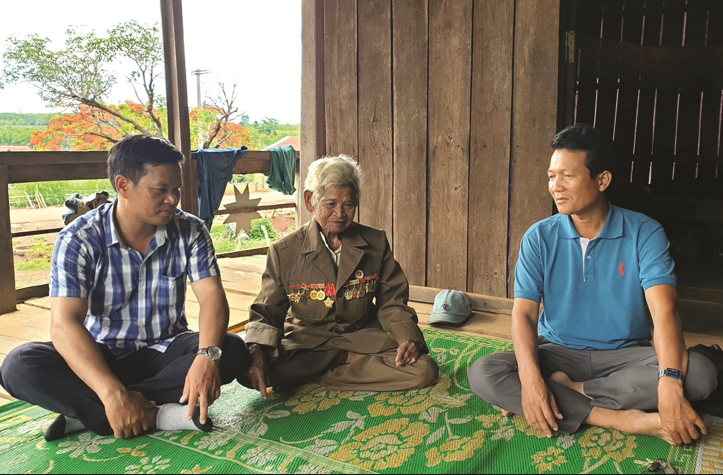 Già Đinh Yek (ngồi giữa) là điểm tựa vững chắc của làng Ktu và là người có nhiều đóng góp cho sự thay đổi của vùng căn cứ cách mạng xã Kon Chiêng