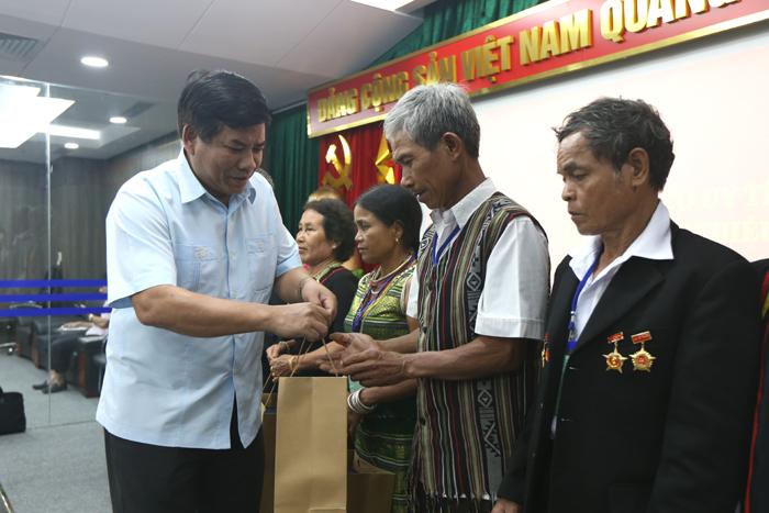 Thứ trưởng, Phó Chủ nhiệm UBDT Y Thông tặng quà lưu niệm cho các đại biểu Người có uy tín tại buổi gặp mặt