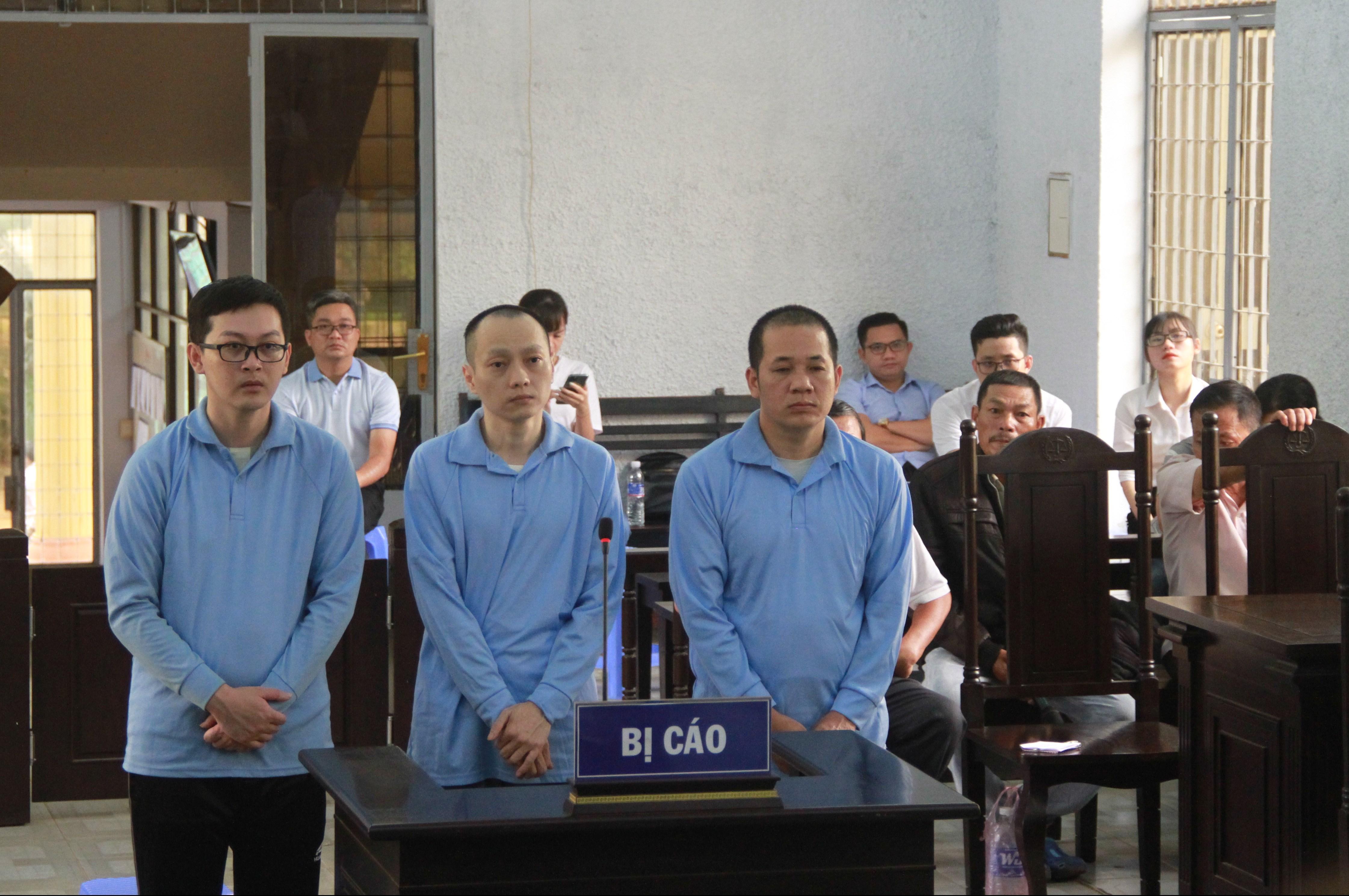 Các bị cáo Đỗ Thái Vũ, Ngô Viết Thành, Nguyễn Quốc Minh (từ phải qua trái) tại phiên tòa