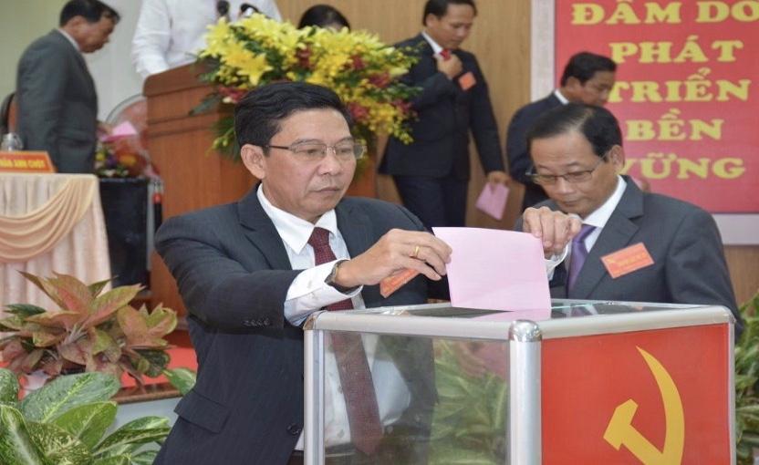 Các đại biểu bỏ phiếu bầu Ban Chấp hành Đảng bộ huyện Đầm Dơi khóa XV (2020 - 2025)