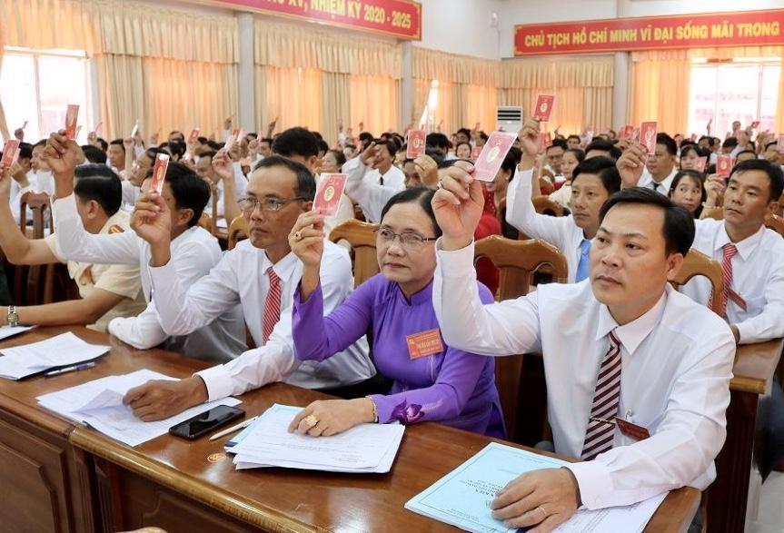 Các đại biểu biểu quyết thông qua Nghị Quyết nhiệm kỳ 2020 - 2025