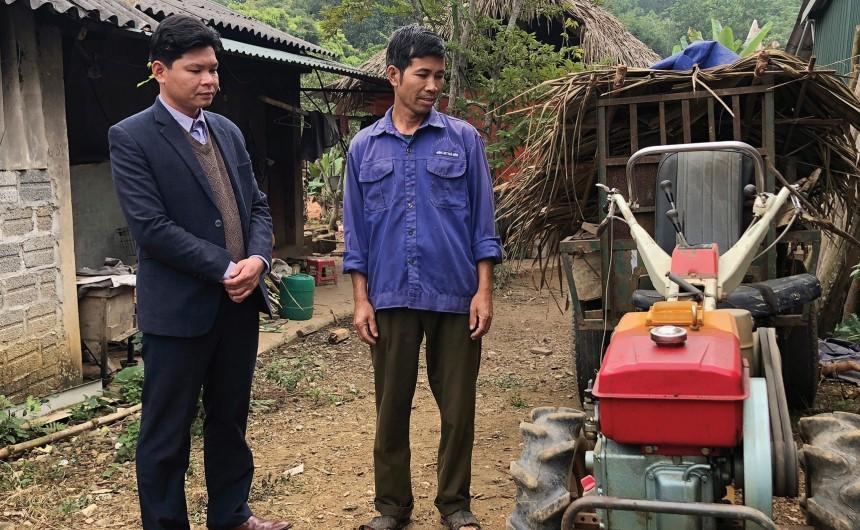 Người dân ở thôn Vũ Quý, xã Sơn Phú được hỗ trợ chiếc máy cày bừa từ Hợp phần hỗ trợ sản xuất của Chương trình 135. (Ảnh tư liệu)