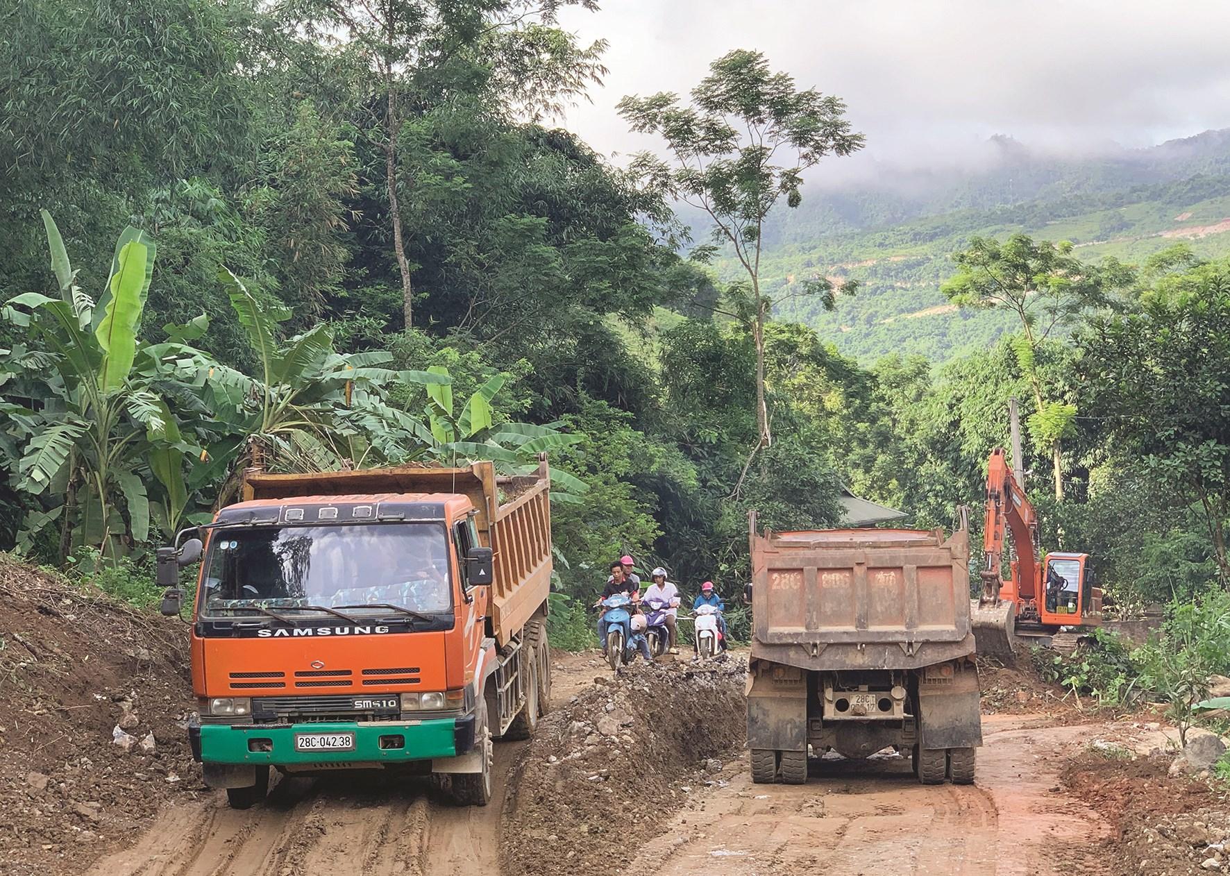Một số tuyến đường trên địa bàn huyện Đà Bắc (Hòa Bình) đang được nâng cấp, sửa chữa bằng nguồn vốn ODA.