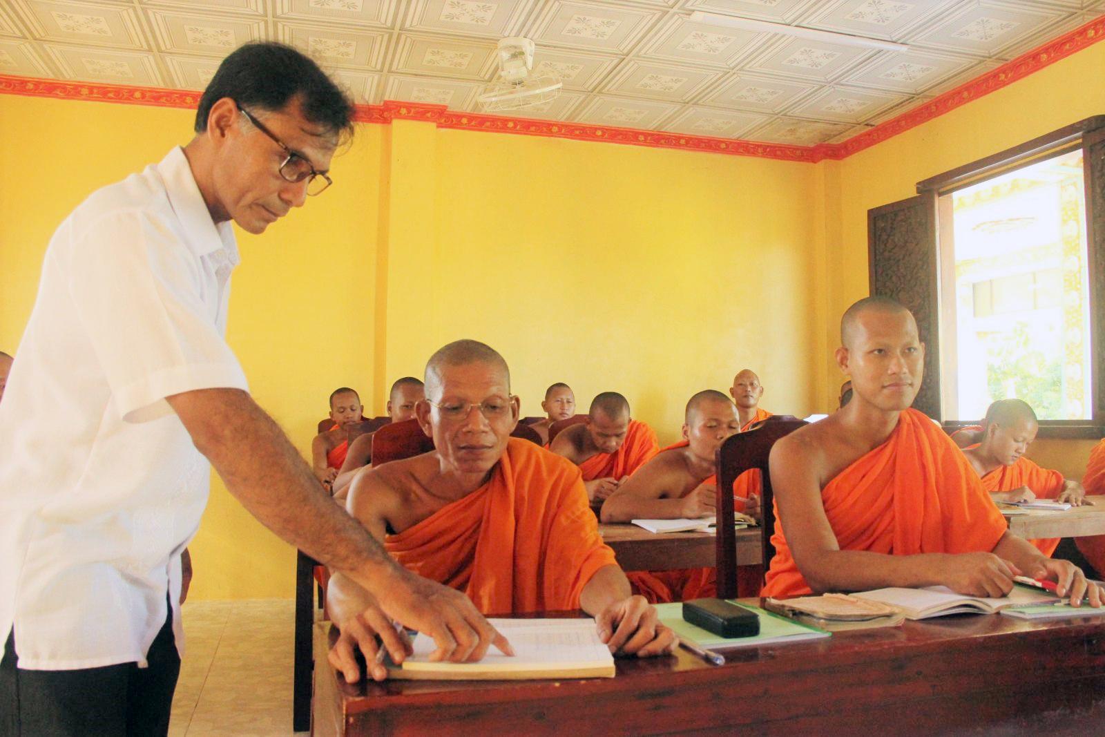 Thầy Huỳnh Thanh Tèo dạy tiếng Pali và chữ Khmer cho các sư sãi